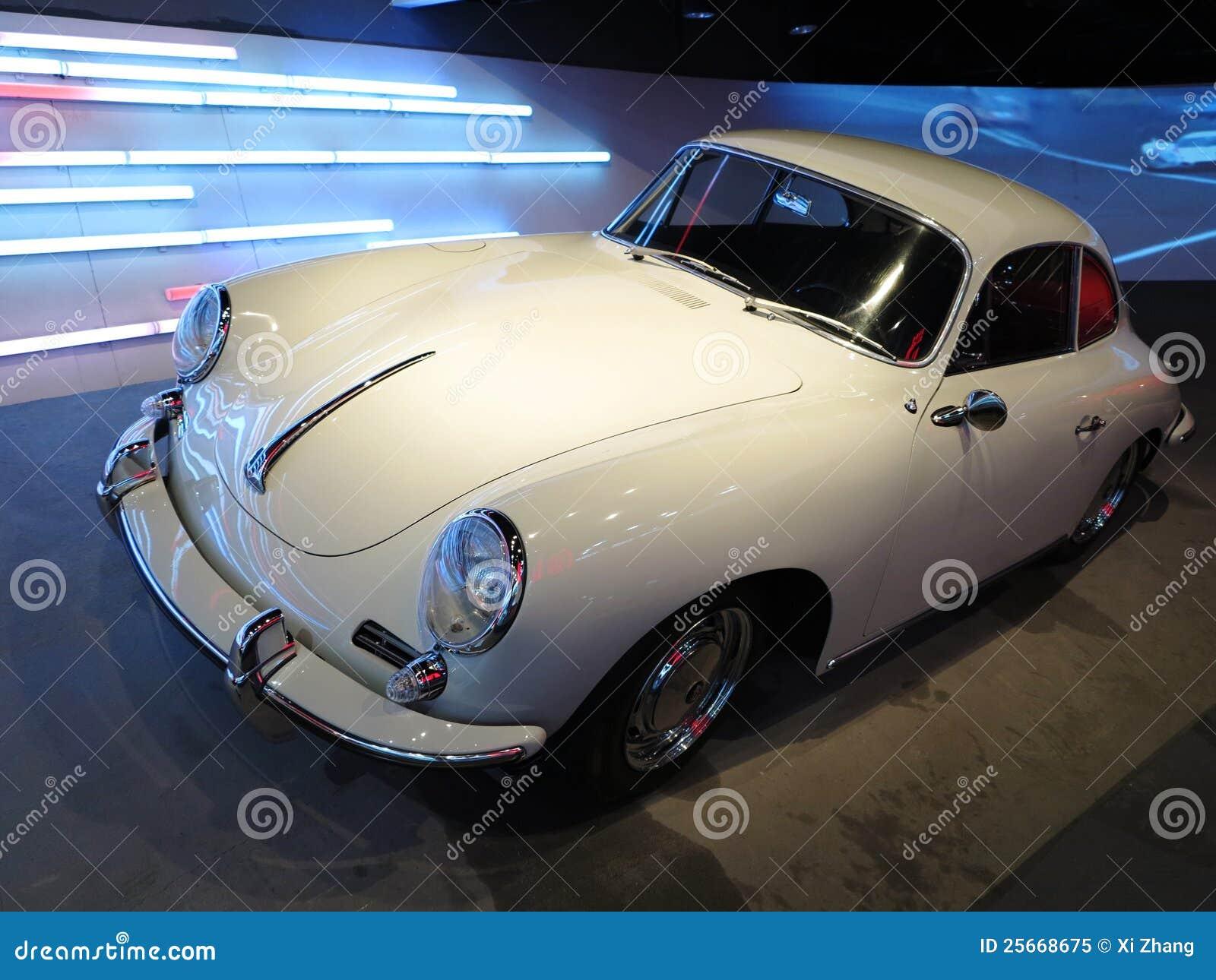 Vieux véhicule blanc de Porsche