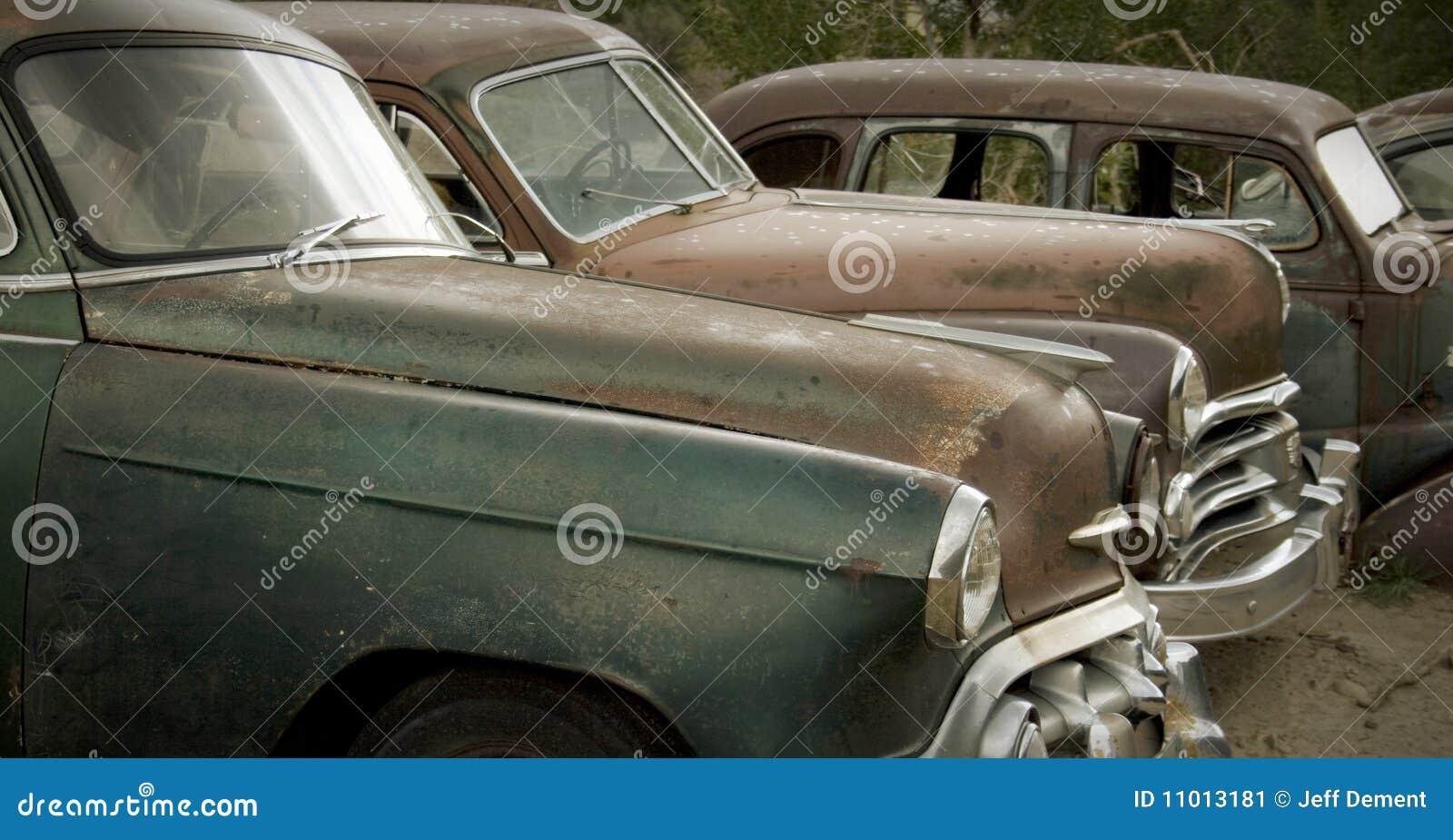 Vieux véhicules rouillant au Junkyard