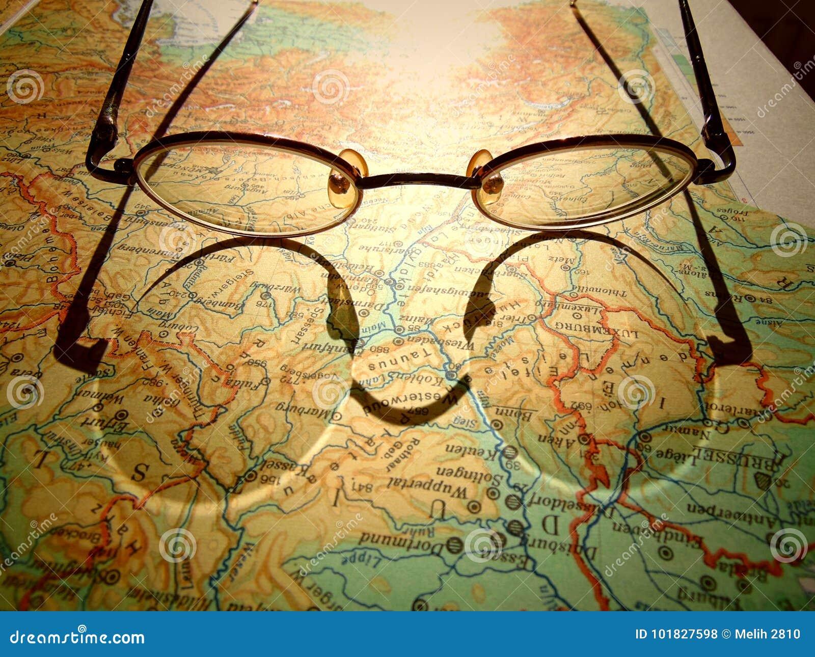 Vieux verres ronds de vintage s étendant sur une carte de l Europe avec l ombre dure