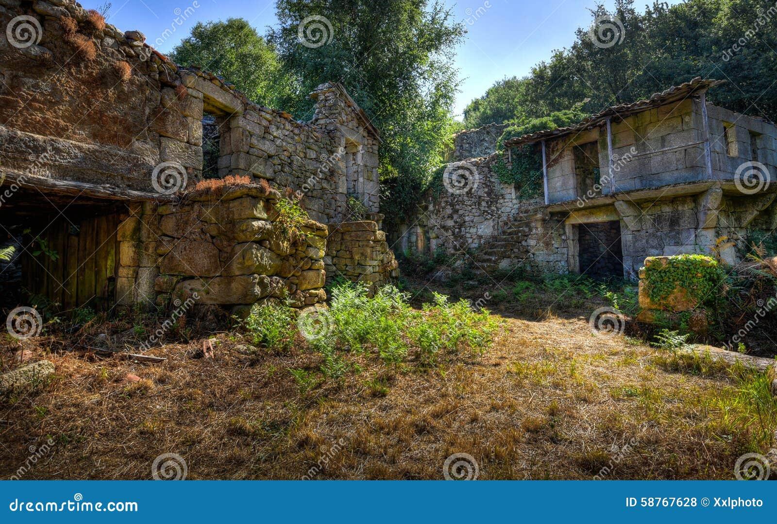 Vieux village abandonn dans les montagnes photo stock image 58767628 - Achat village abandonne ...