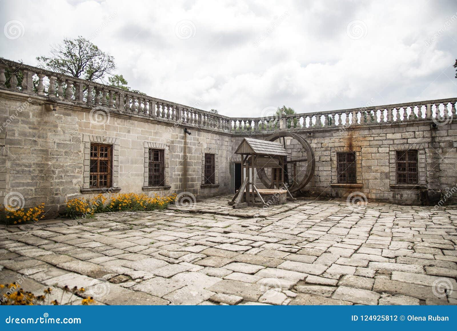 Vieux yard avec le puits en bois