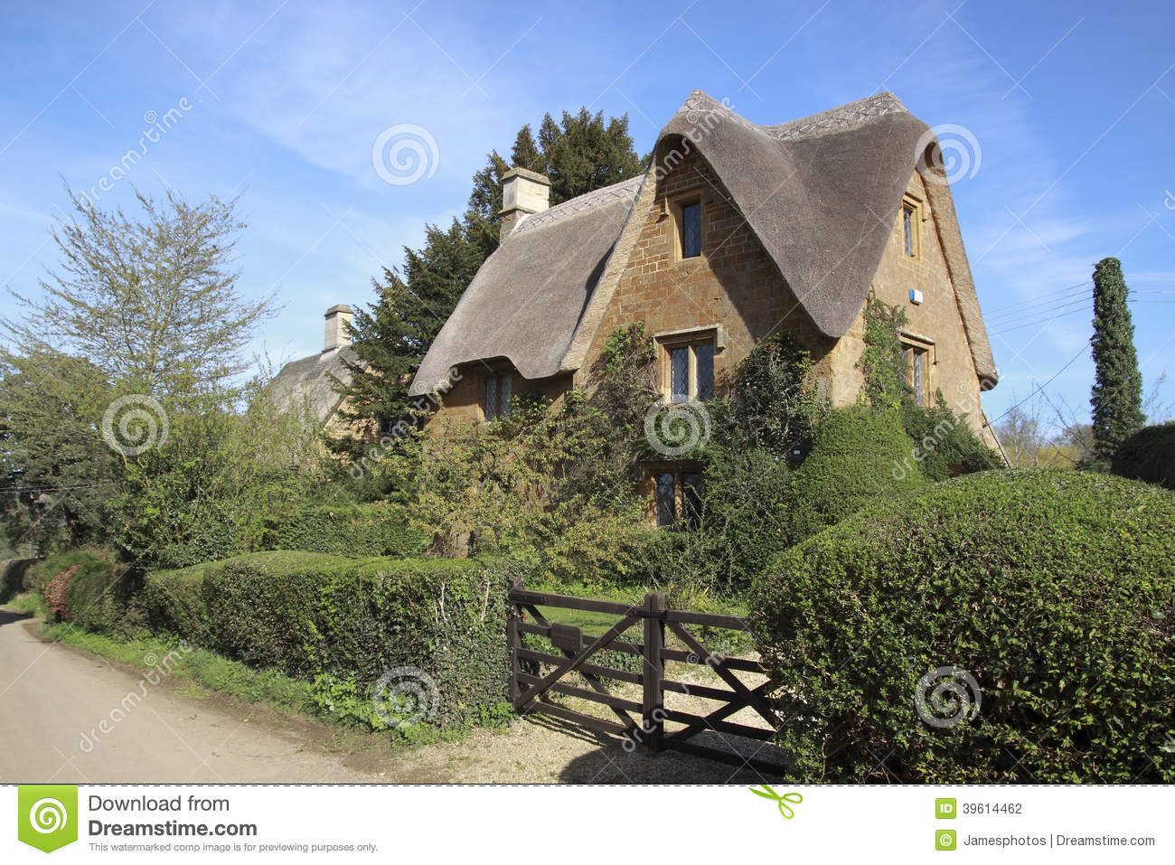 View Of Chipping Campden Cottage In Spring Stock Photo