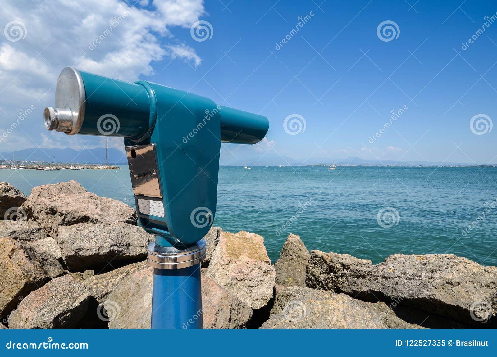 Viewing teleskop jednooczny przegapia Jeziorny Garda w Lombardy, Włochy
