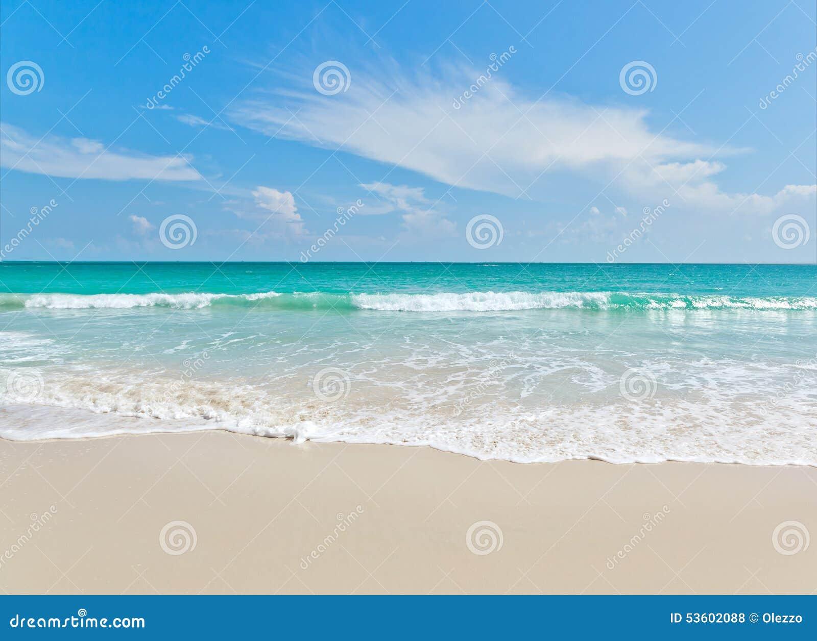 Viewpo da paisagem do abrandamento da luz do dia do sol da areia do céu azul da praia do mar