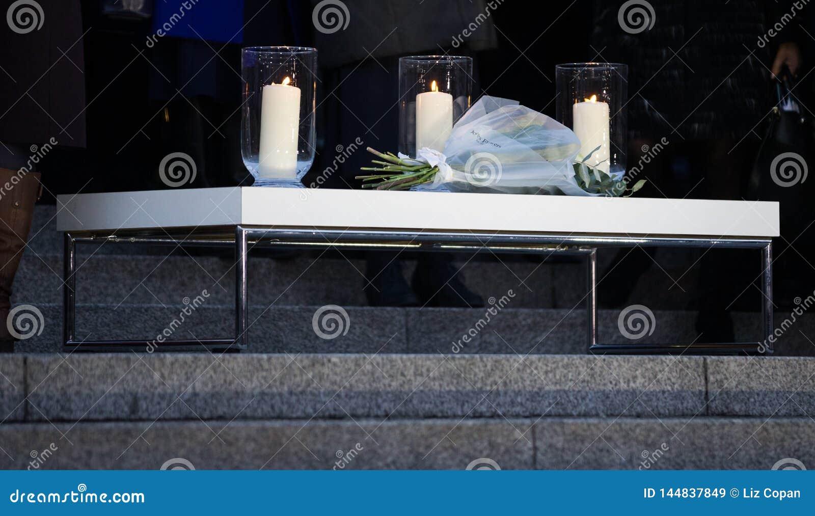 Vigília de luz de vela - três velas e flores