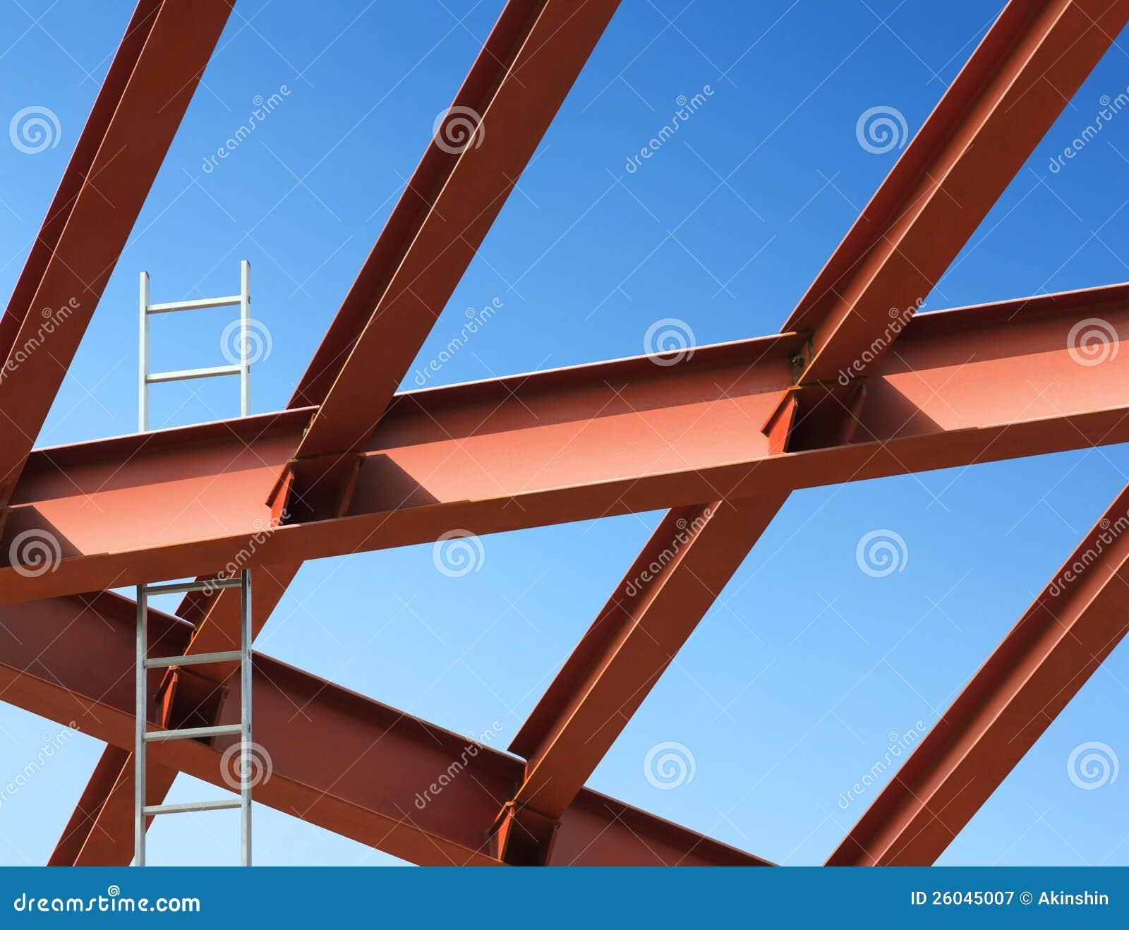 Vigas de acero y escala contra el cielo azul fotograf a - Tipos de vigas de acero ...