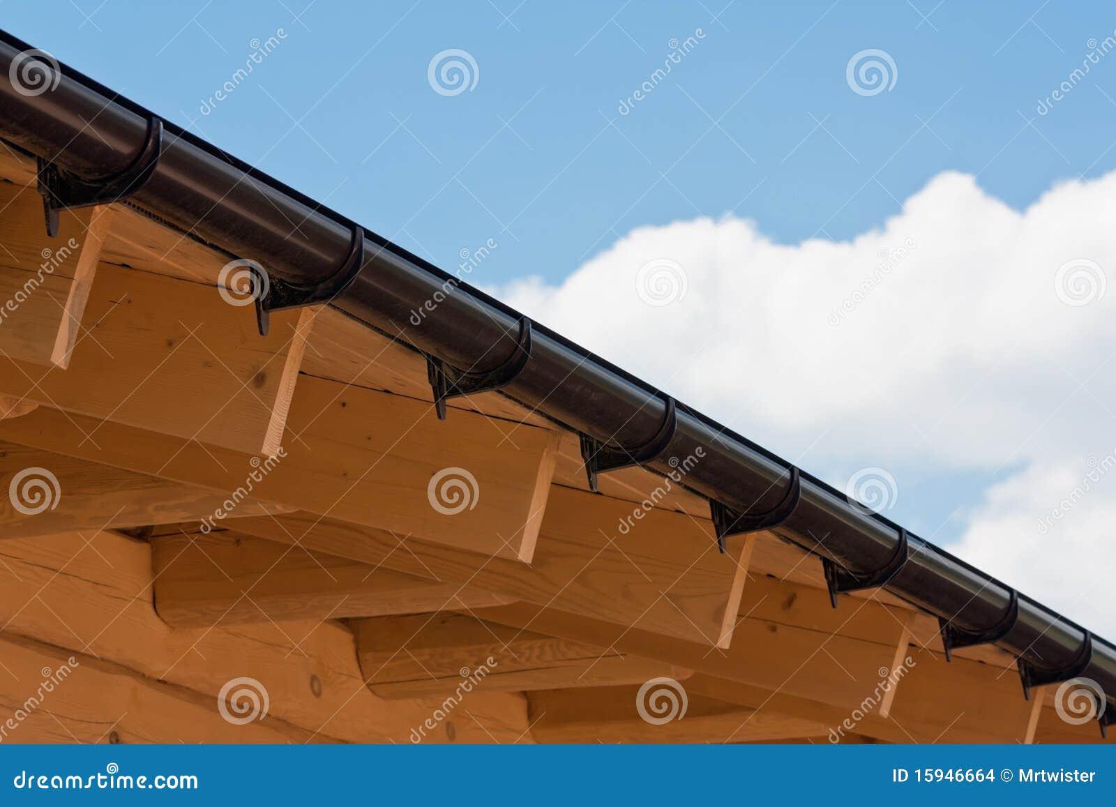 Vigas de madeira de um telhado da HOME sob a construção. #7E4418 1300x957