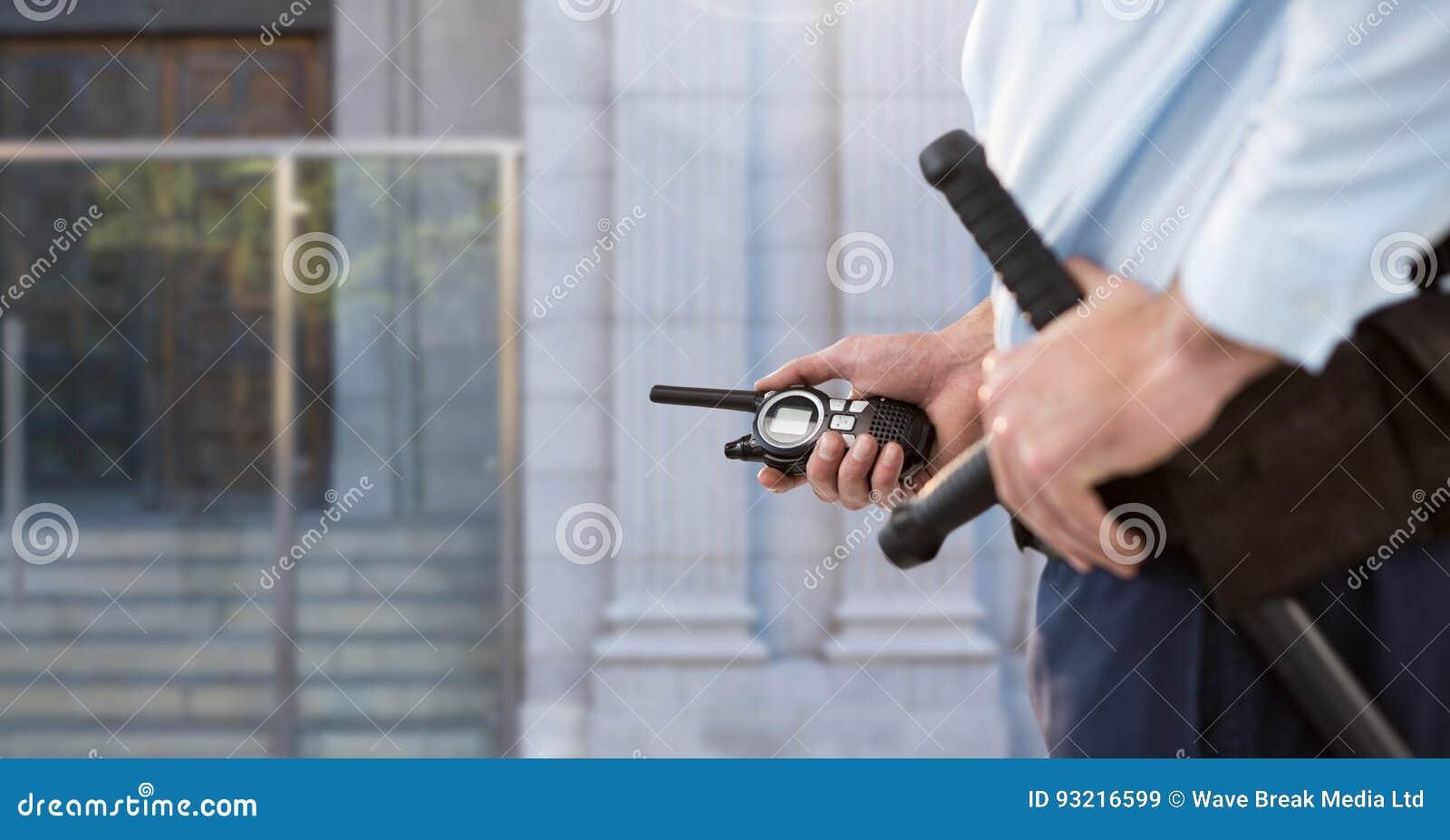 Vigilante de seguridad fuera de la puerta