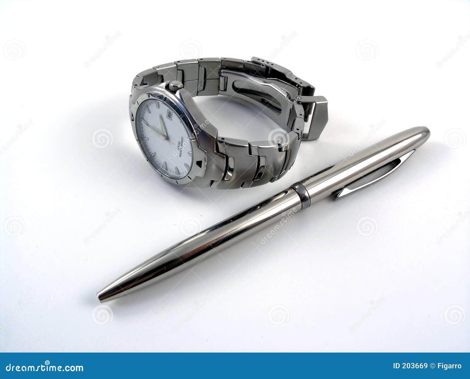 Vigilanza di affari vicino ad una penna di sfera d argento