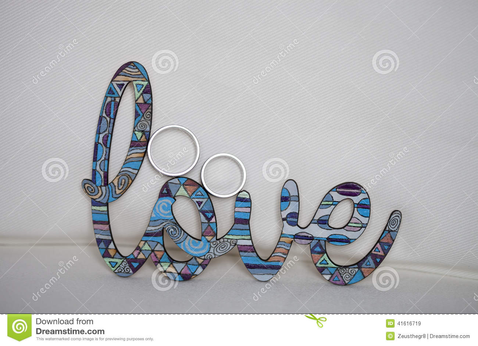 Vigselringar med ordförälskelse Bröllopfreywille ringer att sitta överst av träsäga för stämplar? förälskelse?