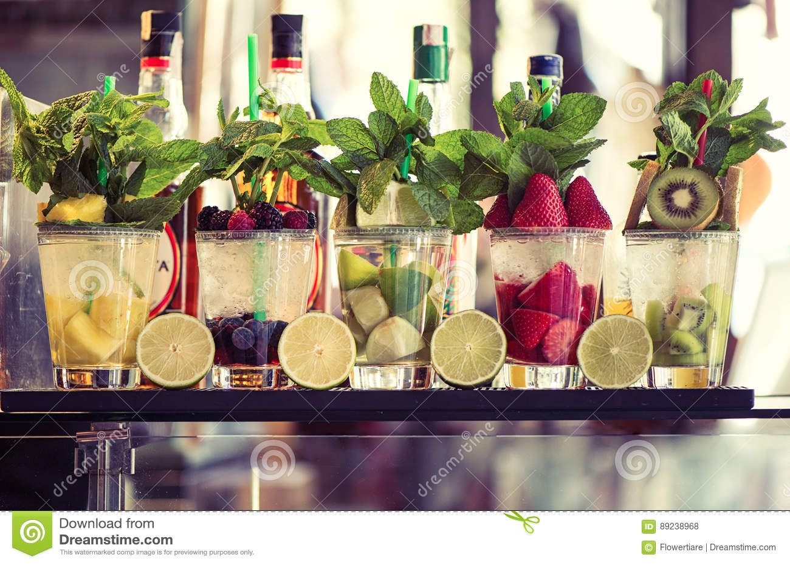 Vijf glazen van mojito met vruchten Fruit Alcoholische Cocktails