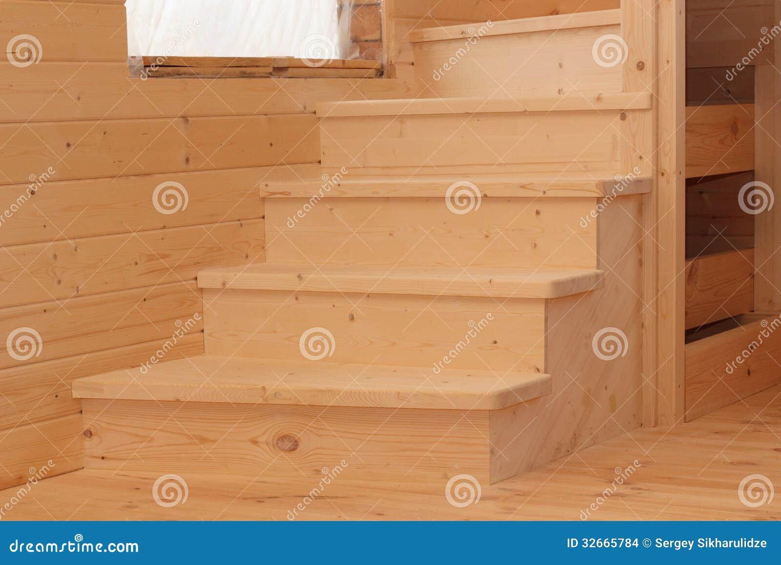 Vijf houten voetstappen onder conctruction