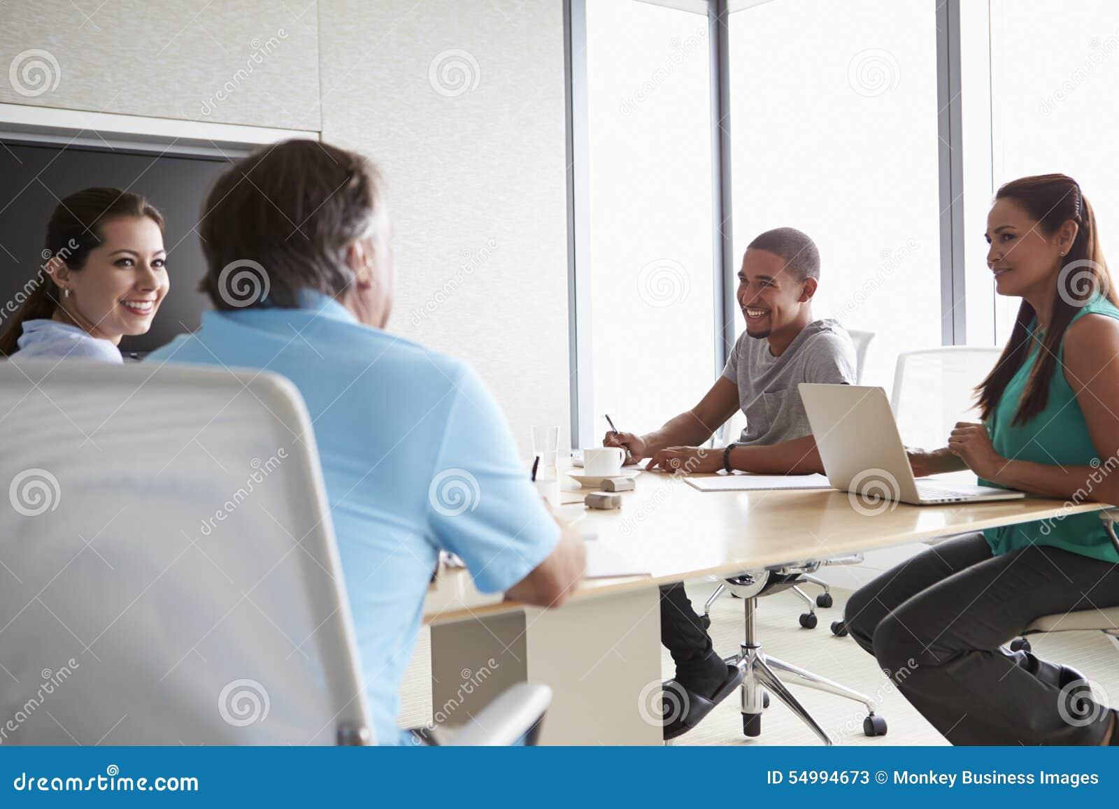 Vijf Zakenlui die Vergadering in Bestuurskamer hebben