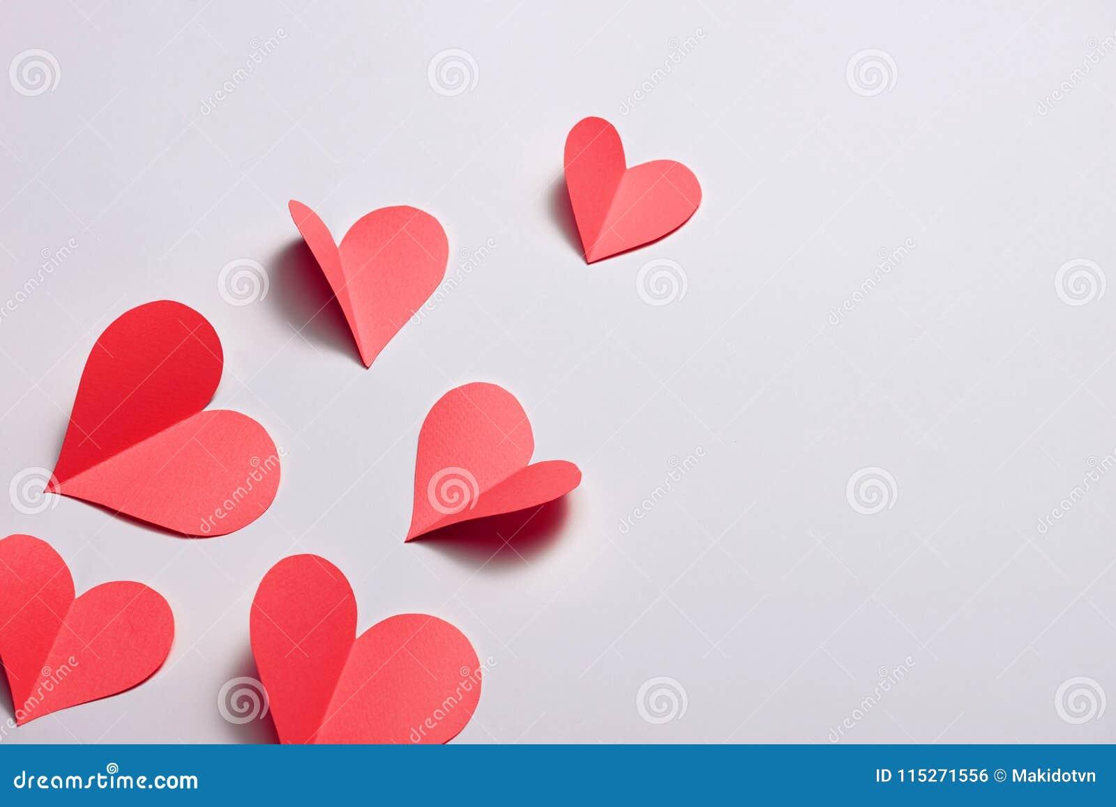 Vik pappers- röda hjärtor {pappers- hjärtaklipp}, hjärta av pappers- vikning som isoleras på vit bakgrund Kort för dag för valent