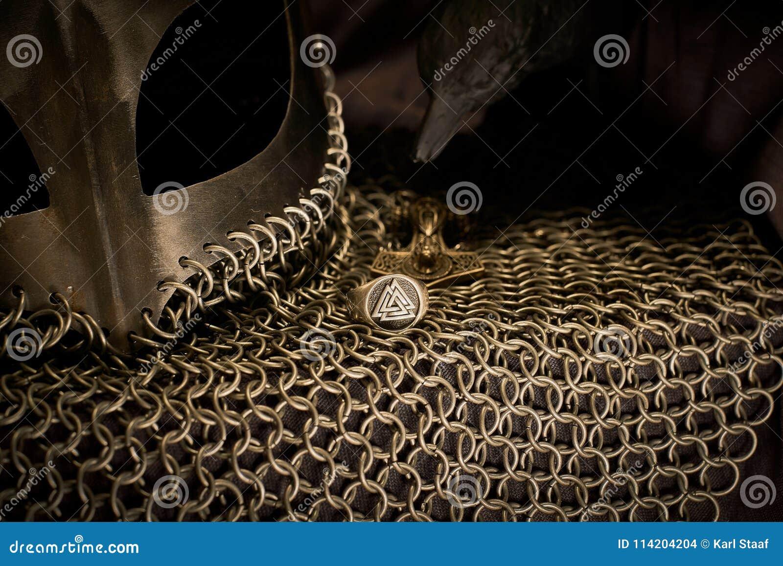 Viking Helmet y cuervo, oro