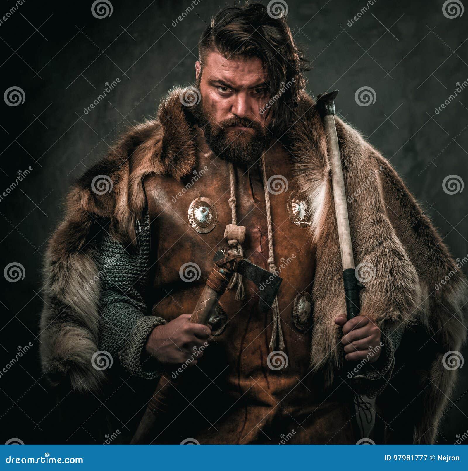 Viking med det kalla vapnet i traditionell kläder för en krigare