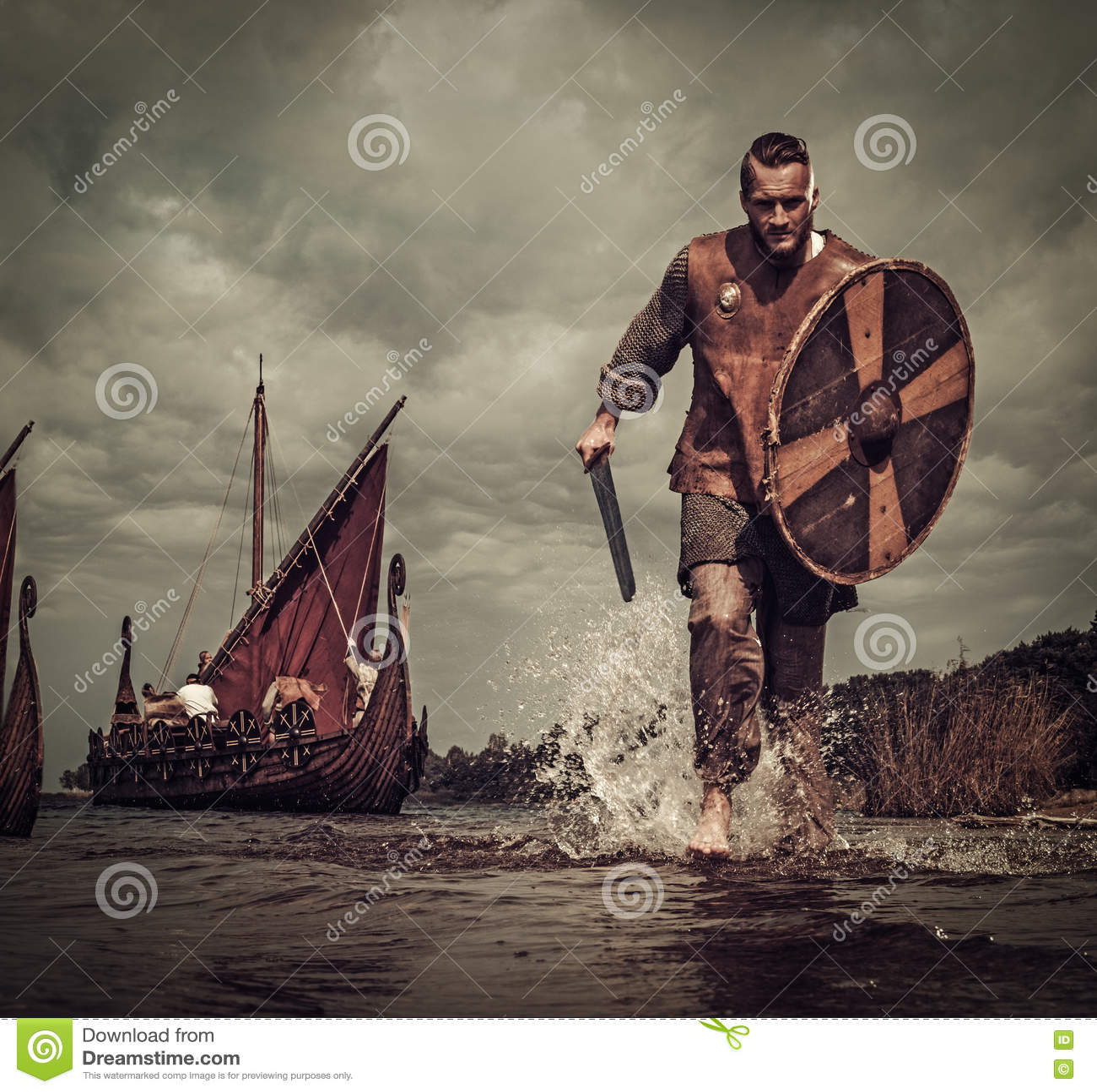 Viking wojownik w ataku na tle, biega wzdłuż brzeg z Drakkar