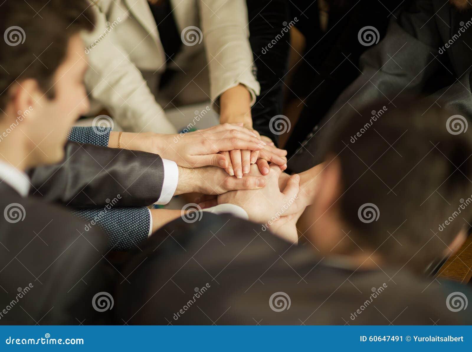 Vikningen av händer tillsammans