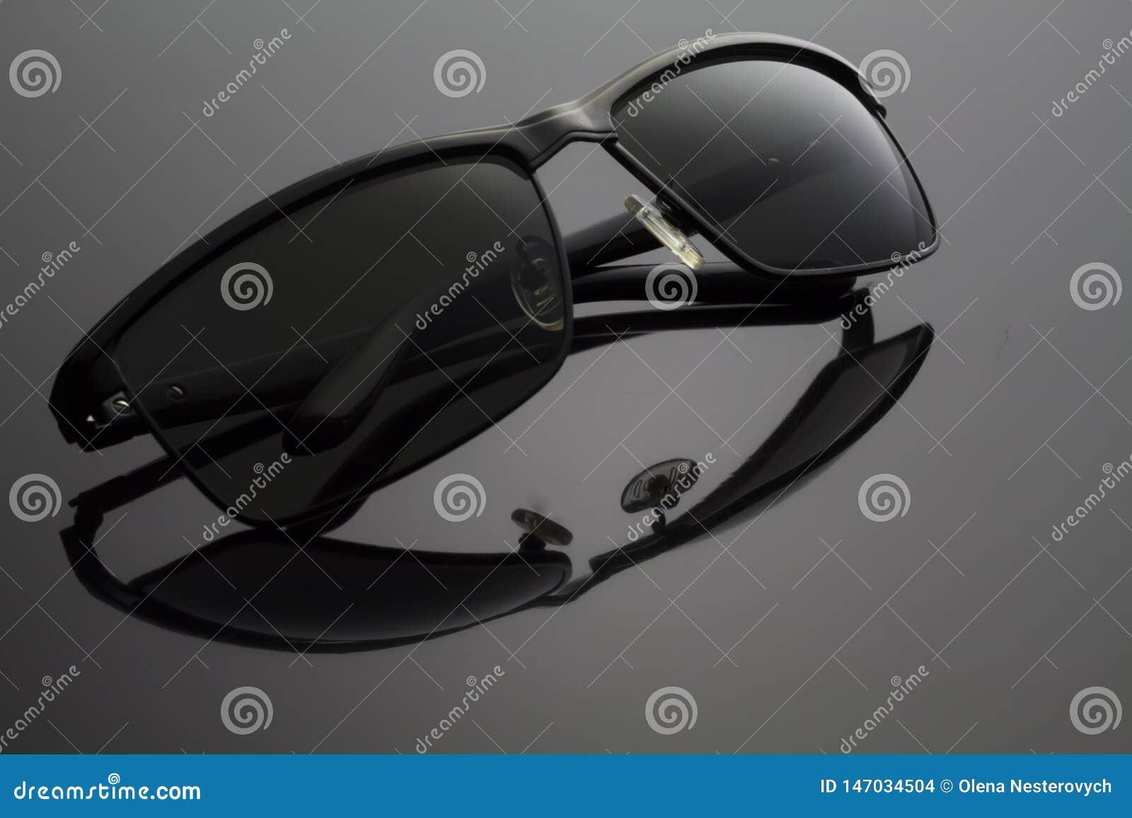 Vikt svart solglasögon på svart bakgrund