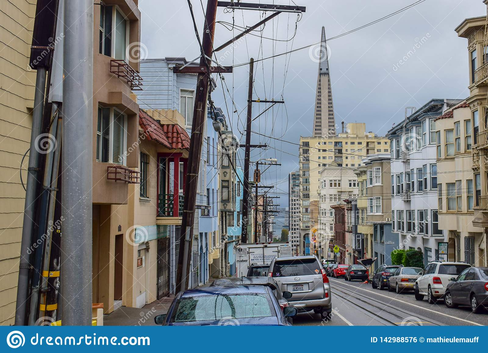 Viktorianische Häuser, Architektur und Wolkenkratzer in San Francisco Street