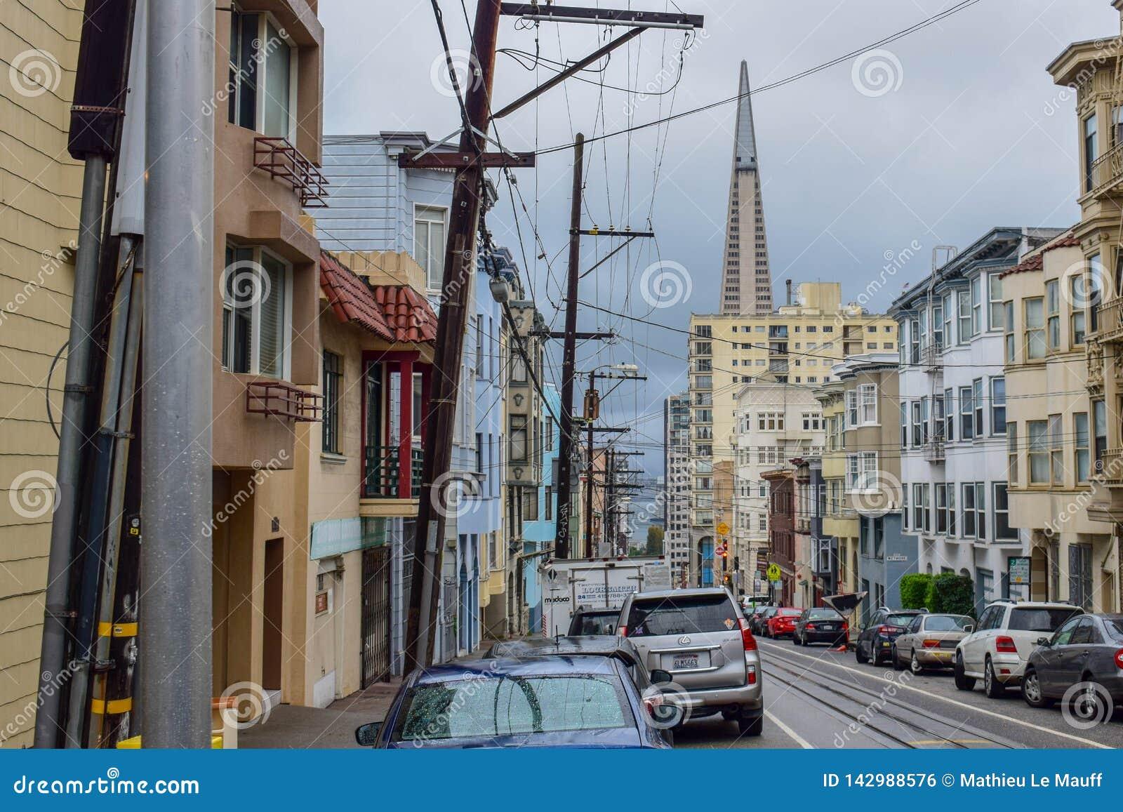 Viktorianska hus, arkitektur och skyskrapa i San Francisco Street