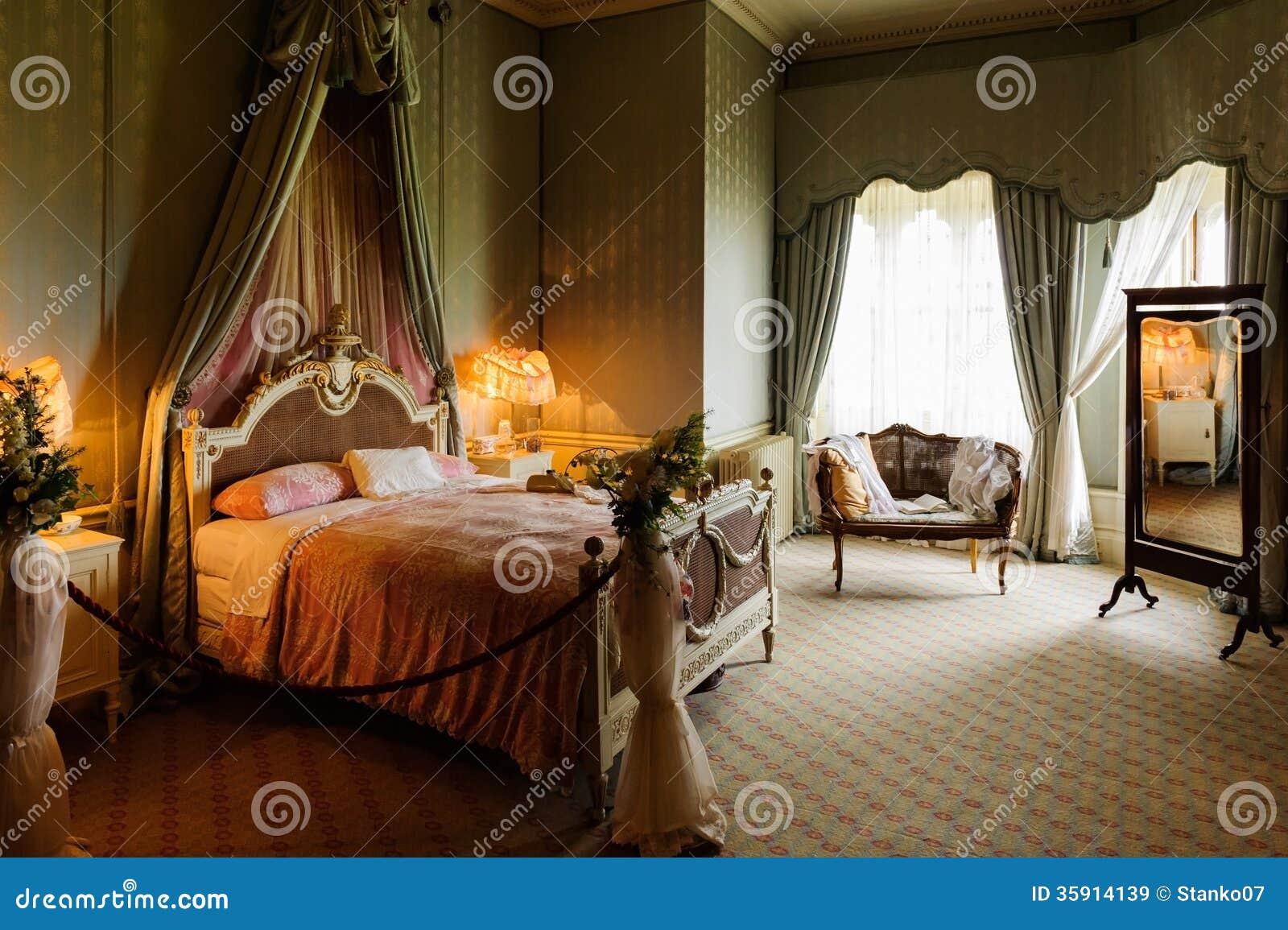 Viktorianskt sovrum royaltyfria bilder   bild: 35914139