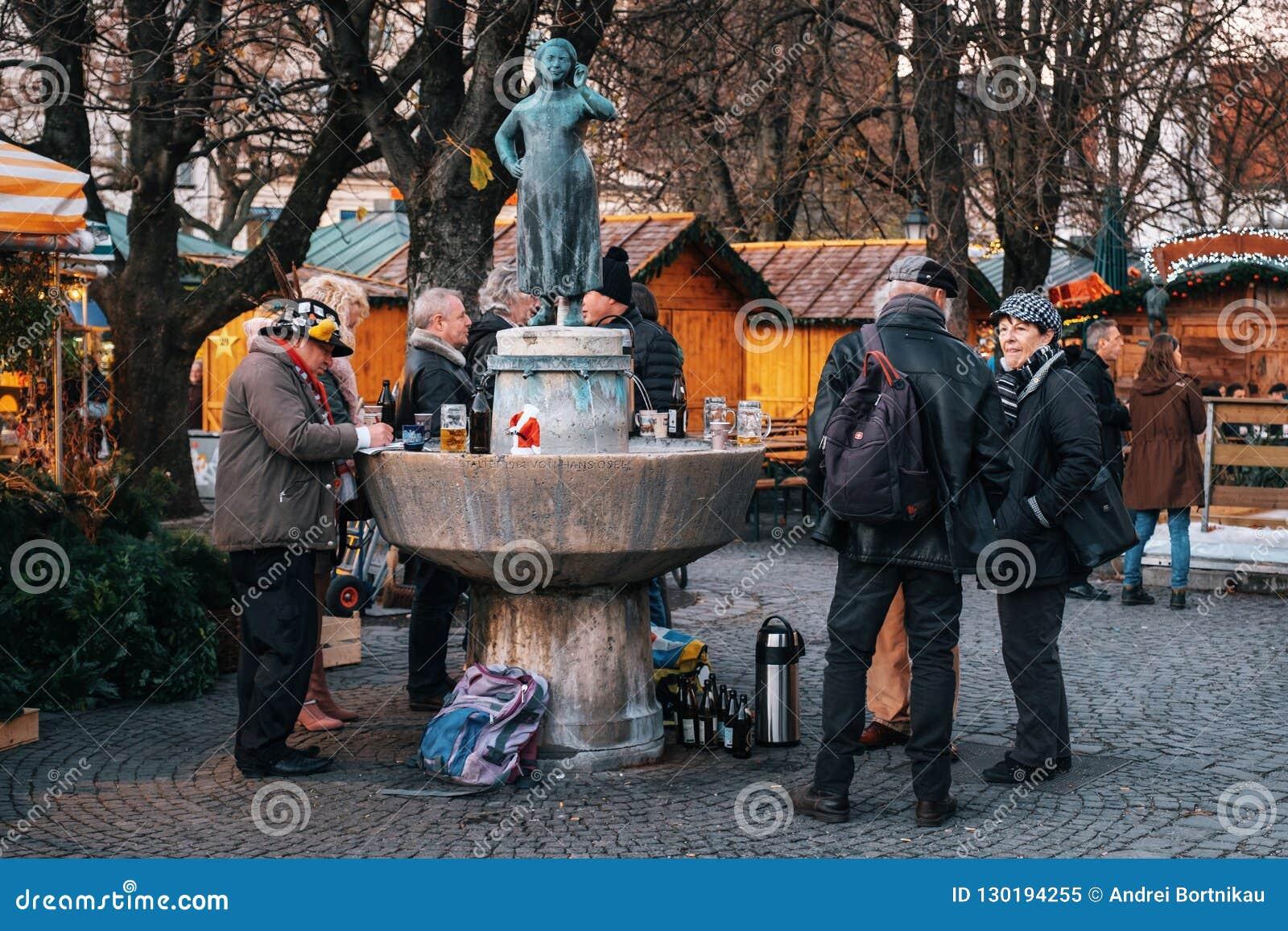 Viktualienmarkt perto da estátua Liesl Karlstadt em Munich