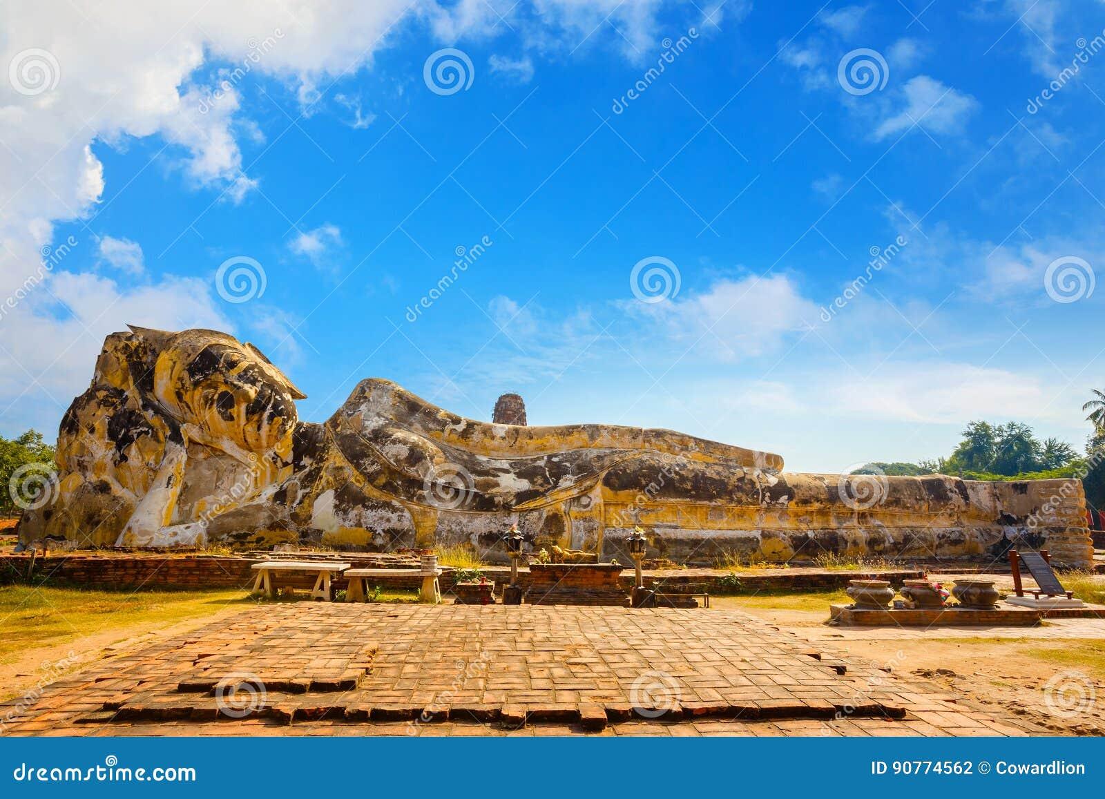 Vila Buddha på Wat Lokayasutharam Temple i historiska Ayuthaya parkera i Thailand