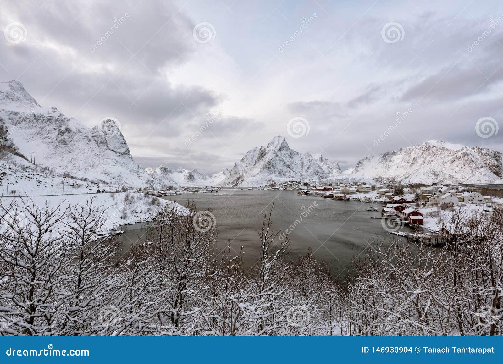 Vila de beira-mar em Noruega