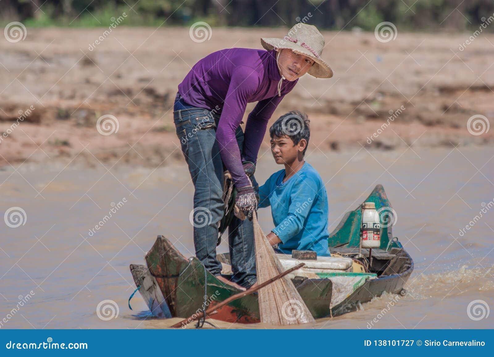 A vila de flutuação da seiva de Tonle, Camboja