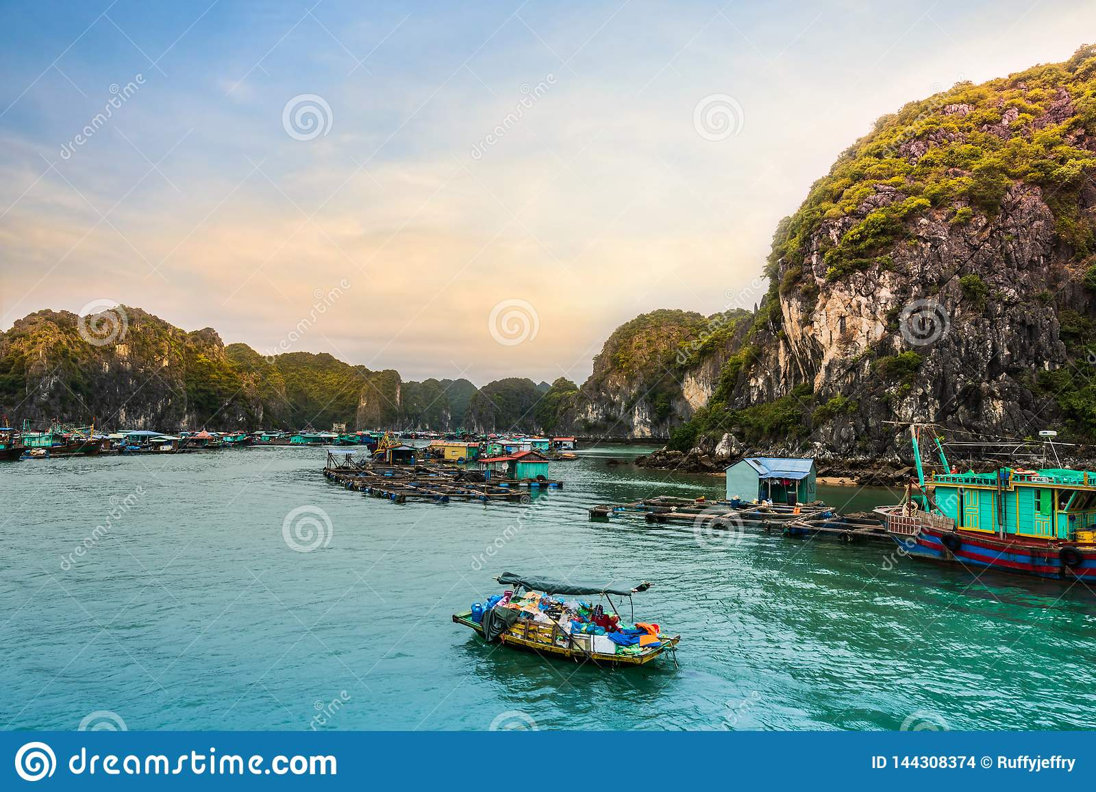 Vila de flutuação dos fishers na baía de Halong, Vietname