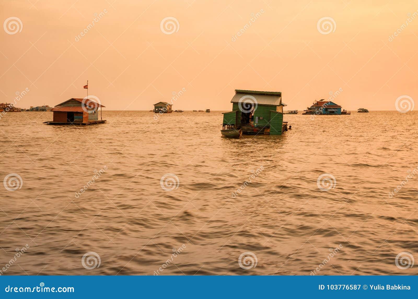 Vila de flutuação na seiva de Tonle do lago