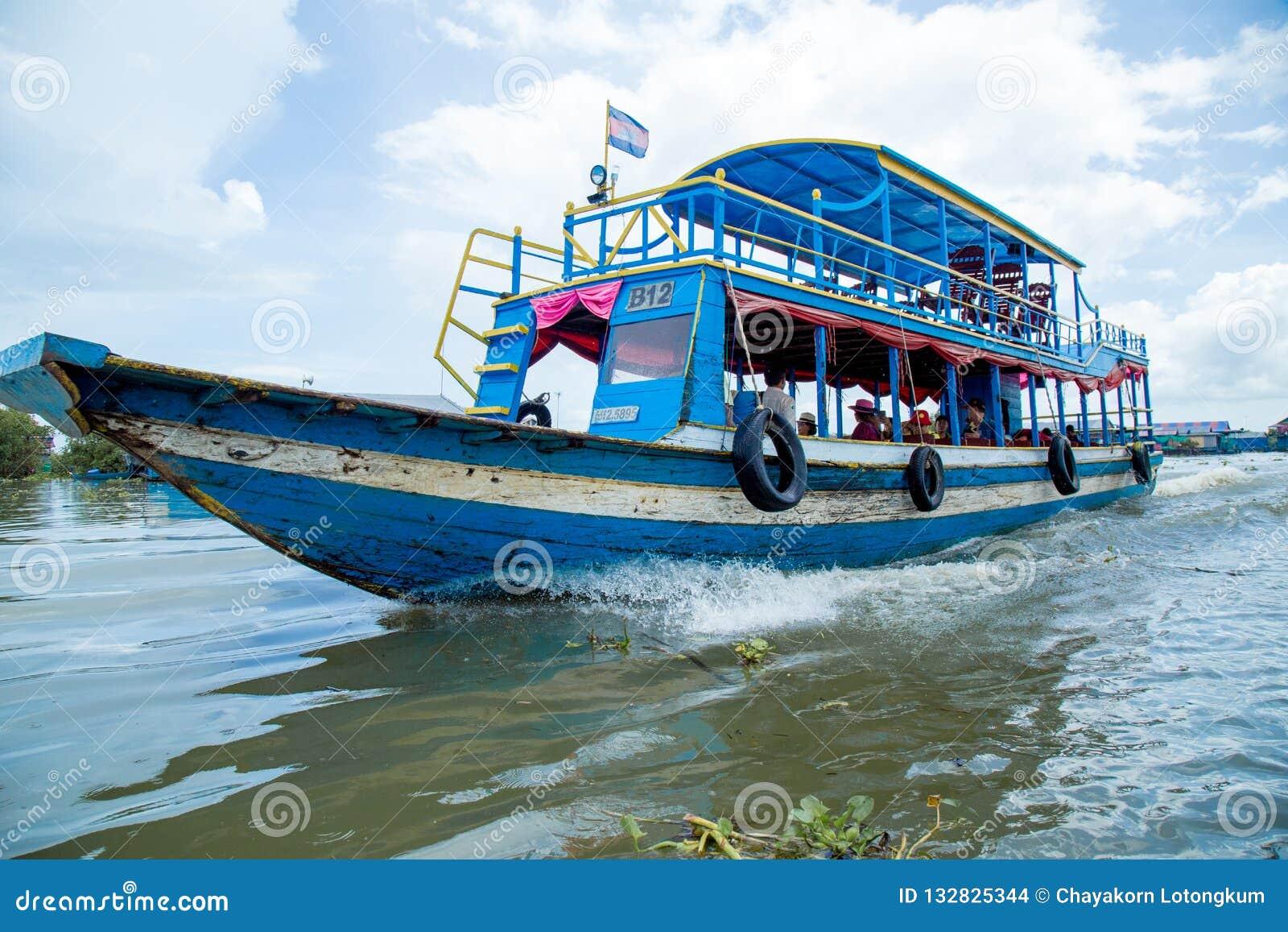 Vila de flutuação de Phluk do Kampong em Camboja