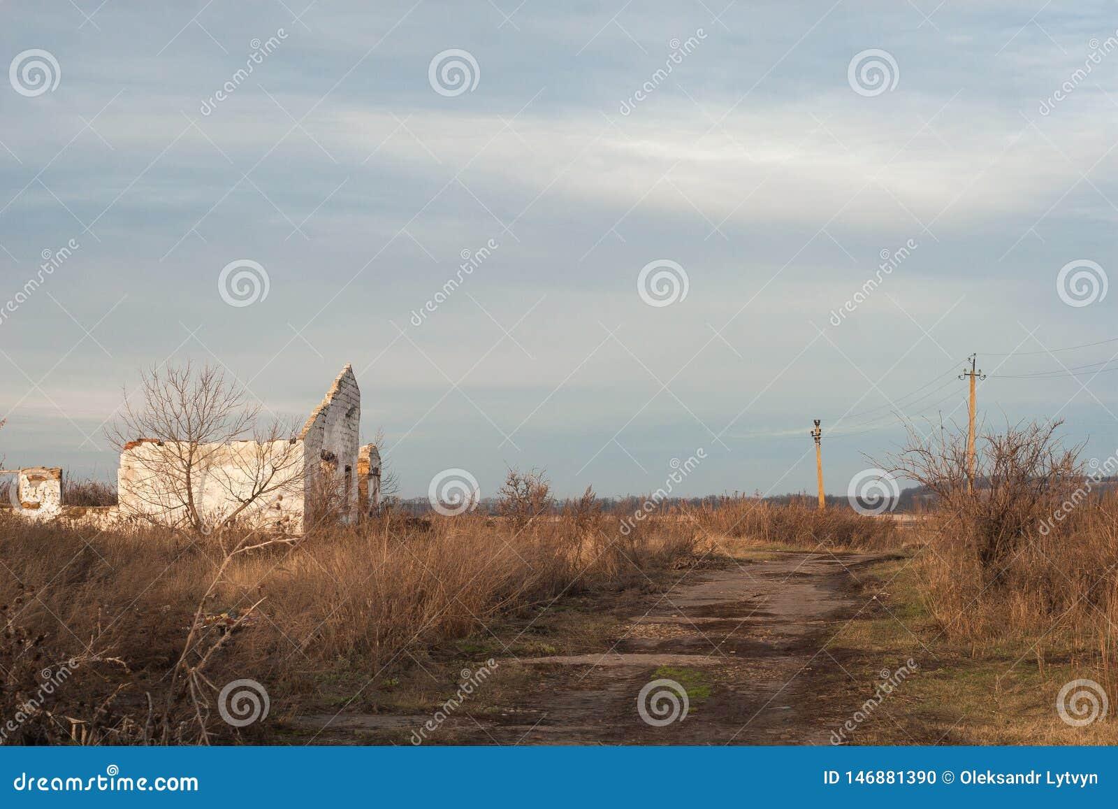 A vila extinto abandonada velha, natureza recupera o território abandonado pelo homem, por ervas daninhas cobertos de vegetação n