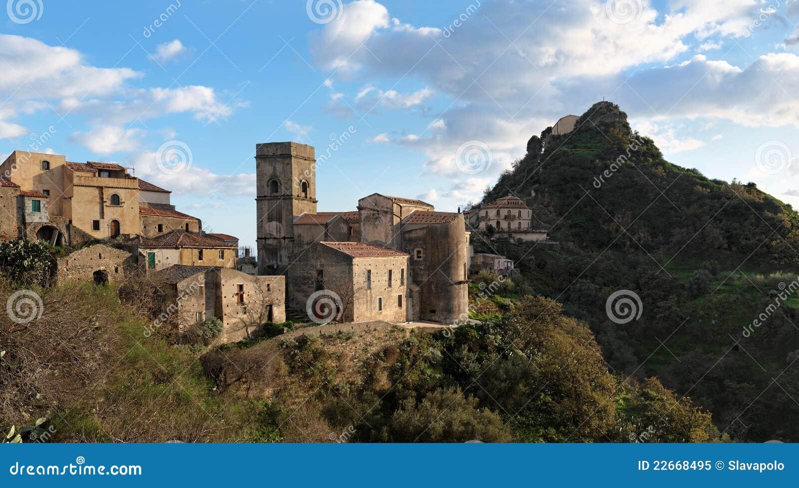 Vila medieval de Savoca em Sicília no por do sol