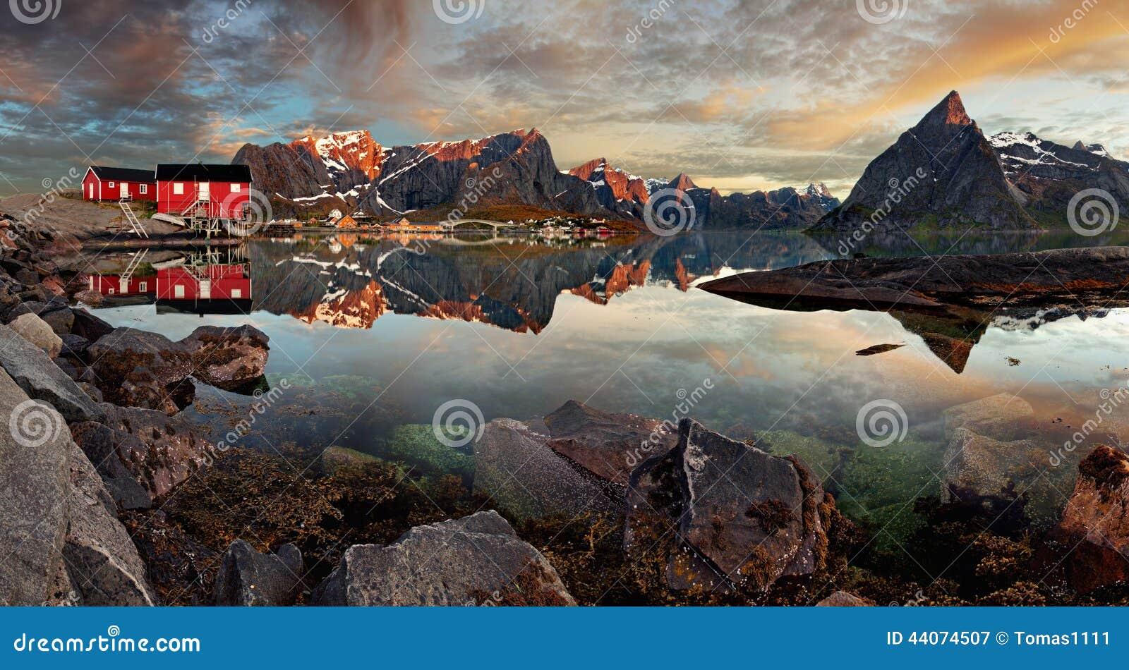 Vila Reine de Noruega com montanha, panorama