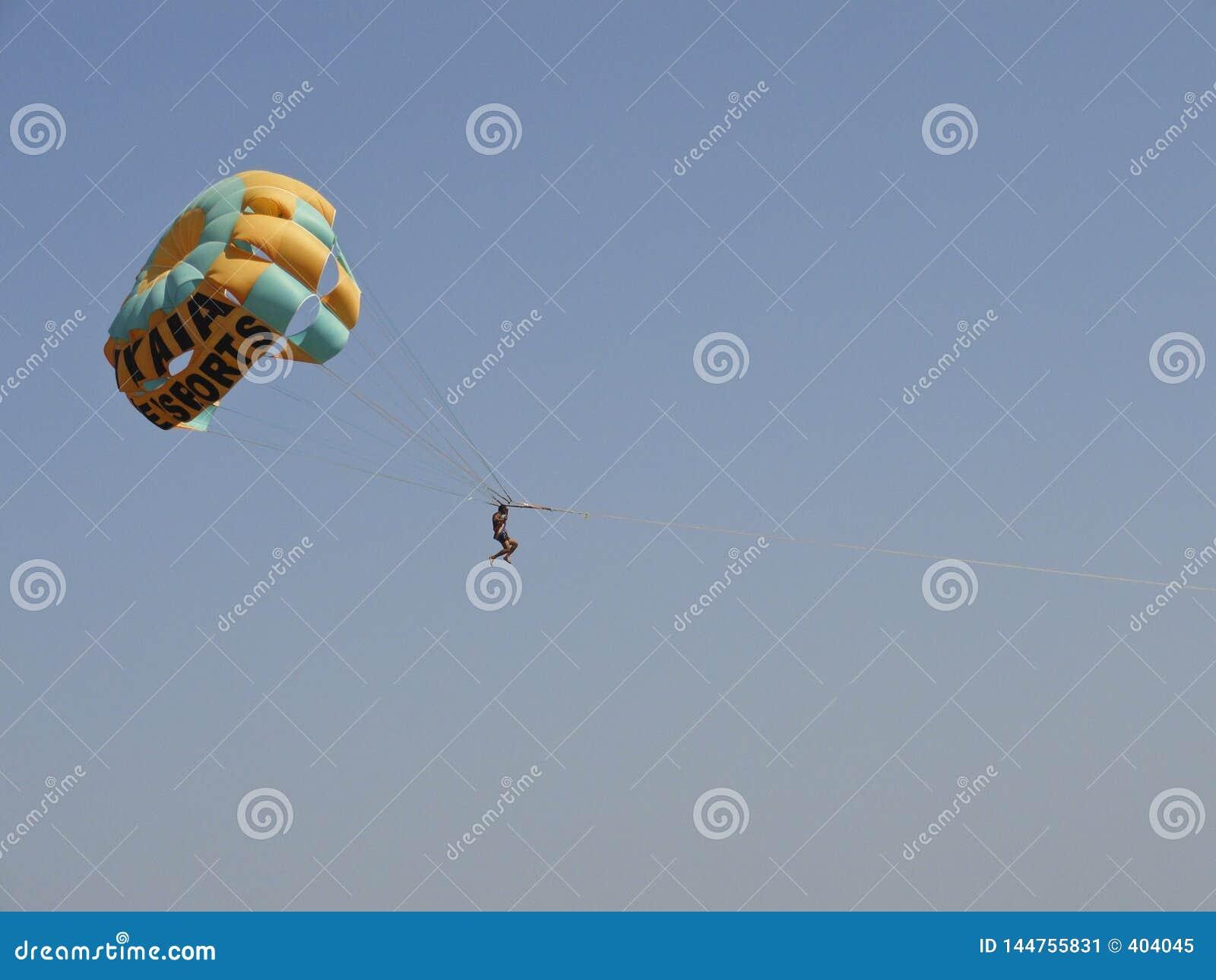 Vila turisten flyga iväg hoppa fallskärm över havet