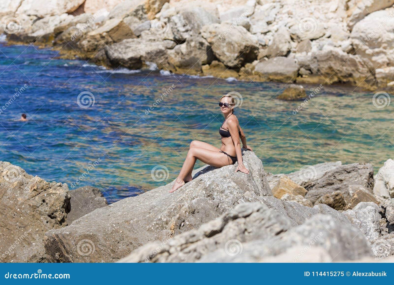 Vila vid havet Seascape med den brunbrända blonda kvinnan i bikini