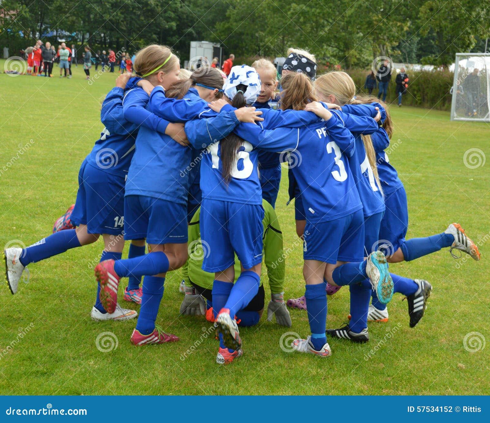 Vildbjerg, Дания - 2-ое августа 2015 - младший женский дух команды футболиста
