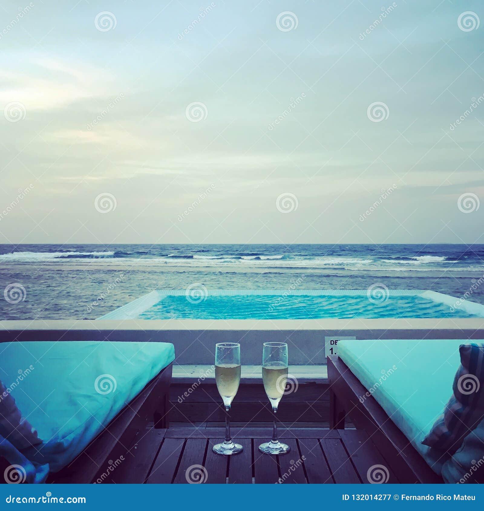 Villa de l eau avec la piscine en Maldives Moments de lune de miel