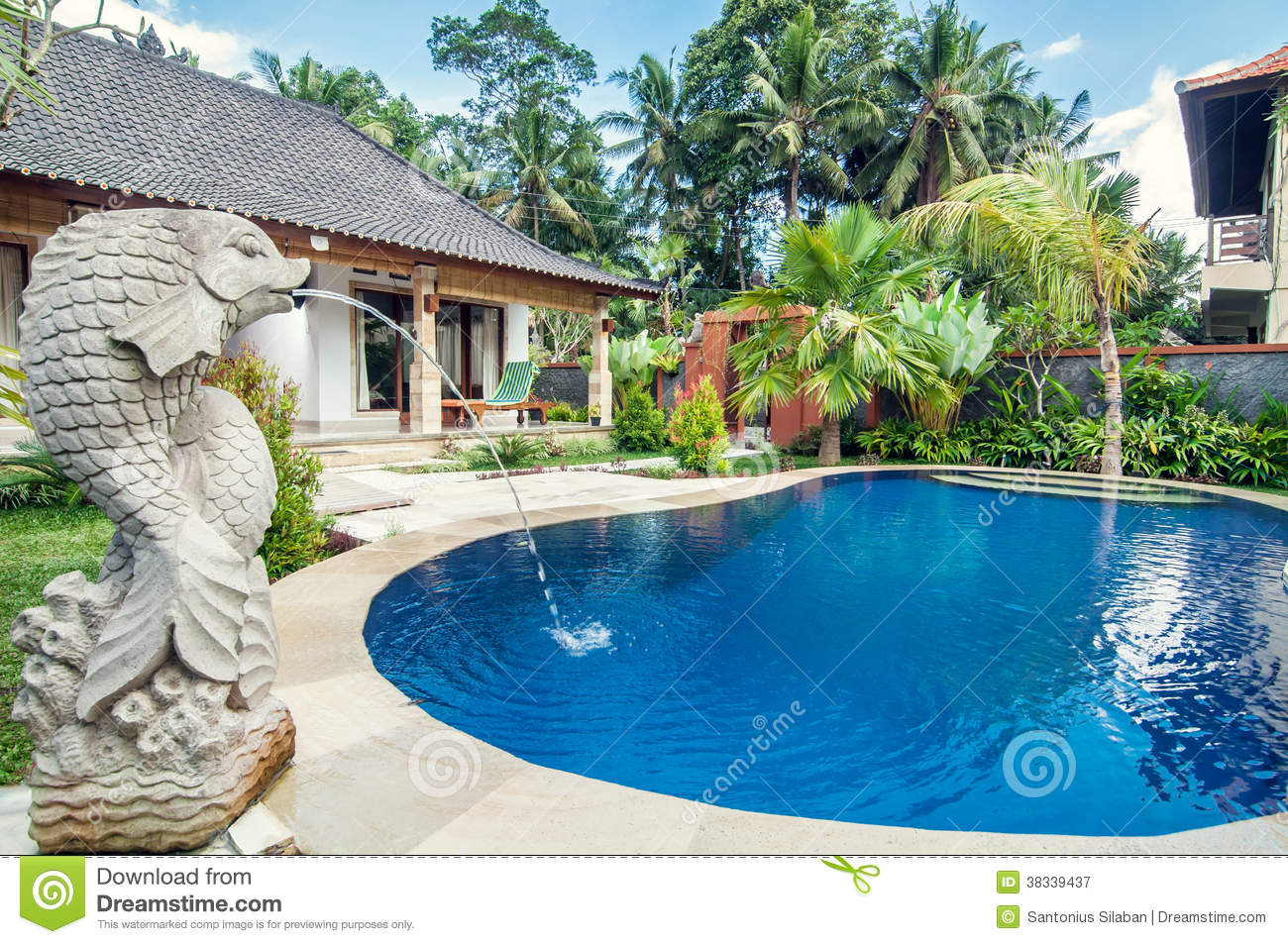 Villa de luxe avec la piscine ext rieure image stock for Piscine destock