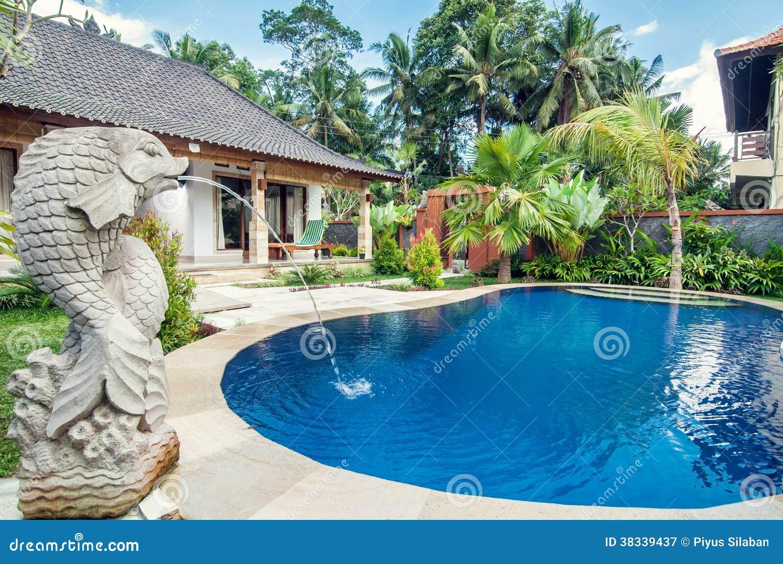 Villa de luxe avec la piscine ext rieure photographie for Villa design avec piscine