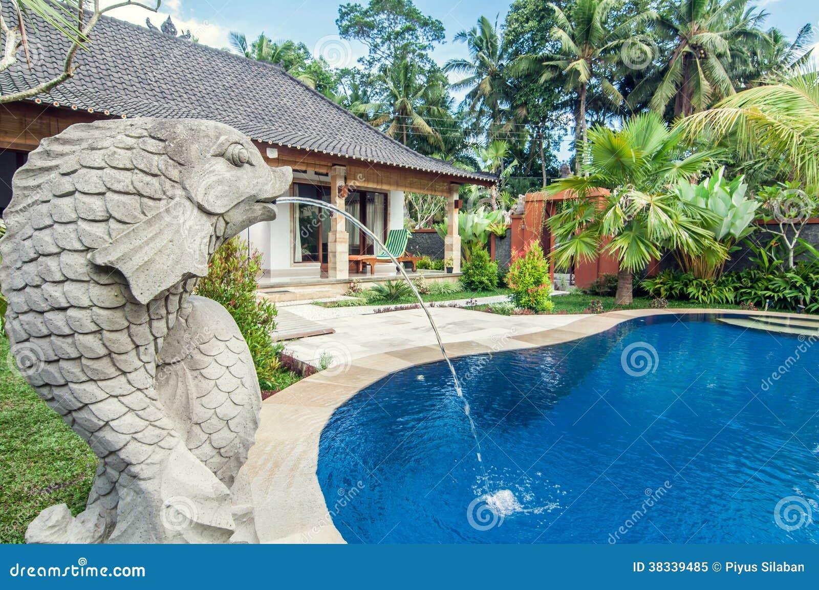 Villa de luxe avec la piscine ext rieure image stock for Prix piscine exterieure