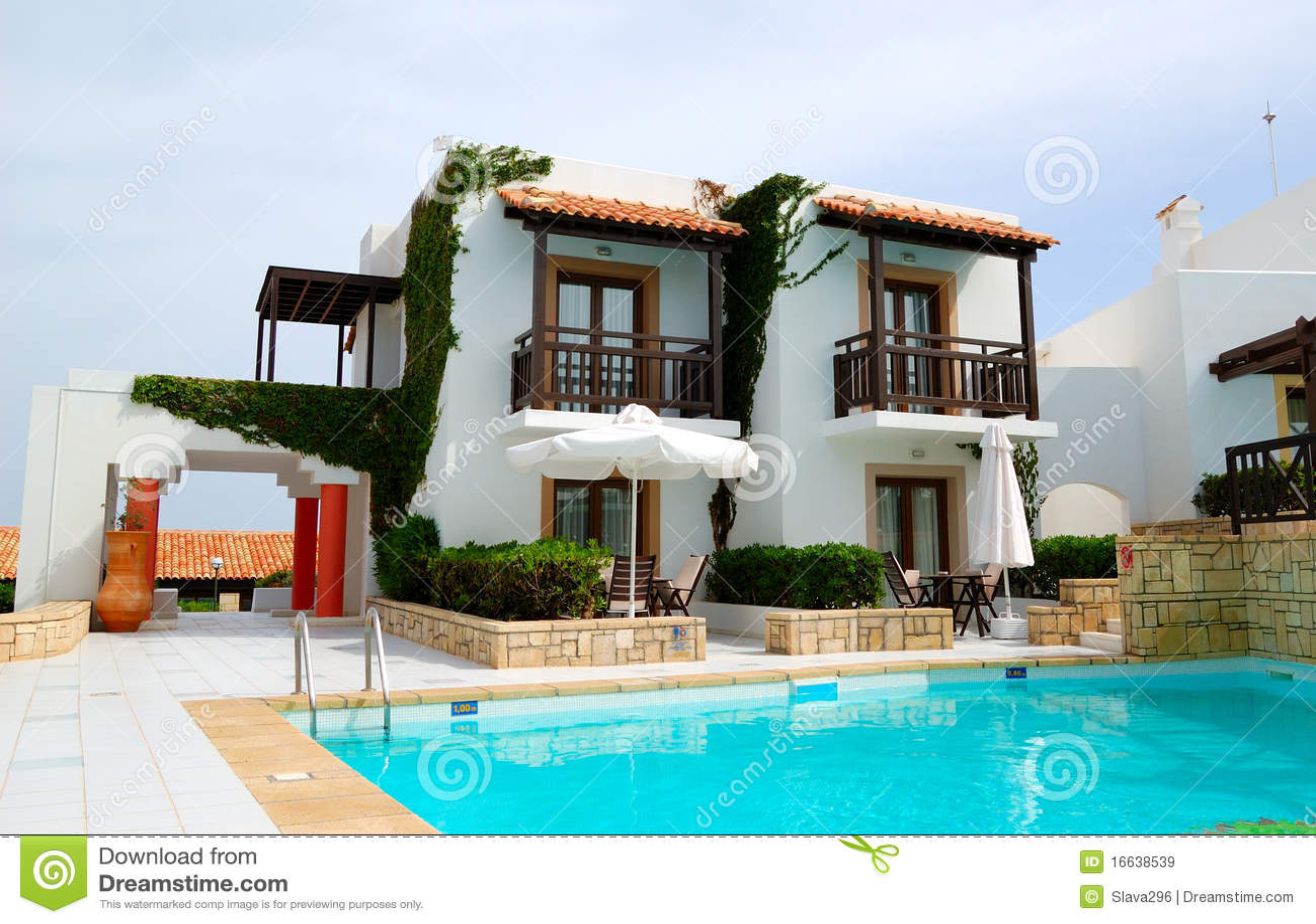 Villa De Luxe Moderne Avec La Piscine Image stock - Image du rouge ...