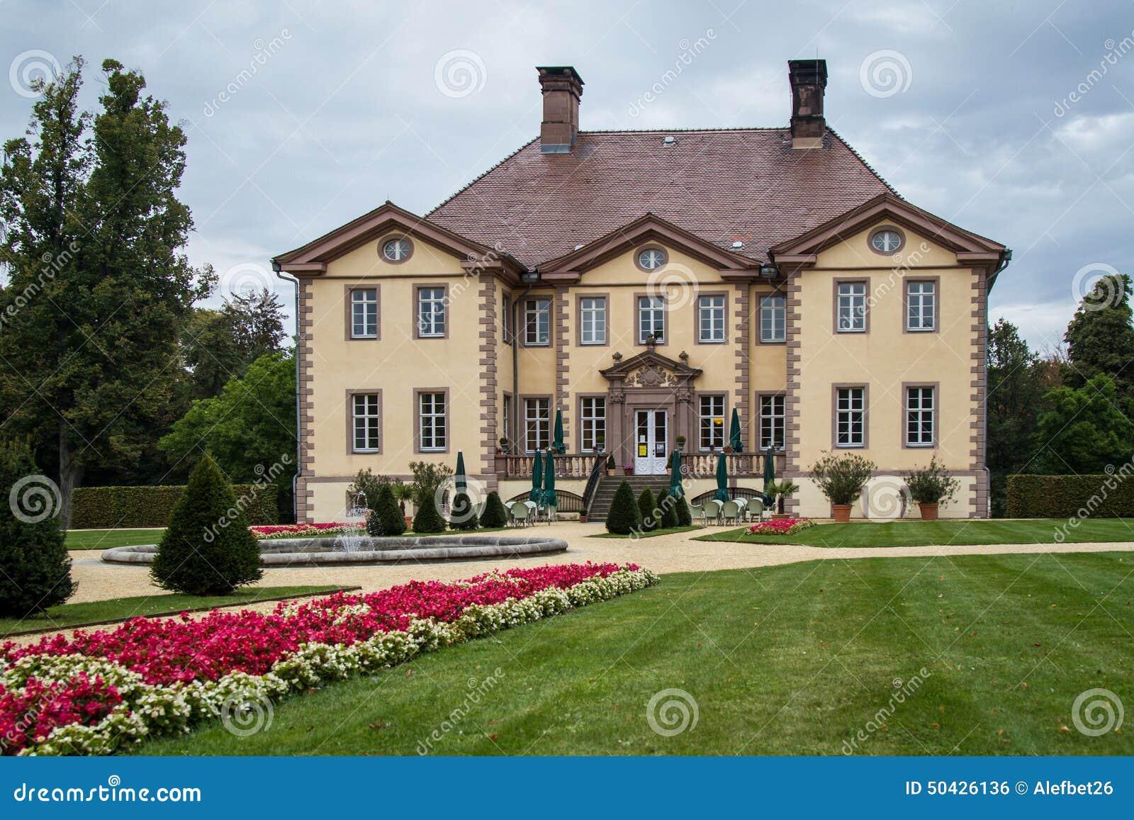 Villa in Deutschland stockfoto. Bild von aufgebaut, blatt - 50426136