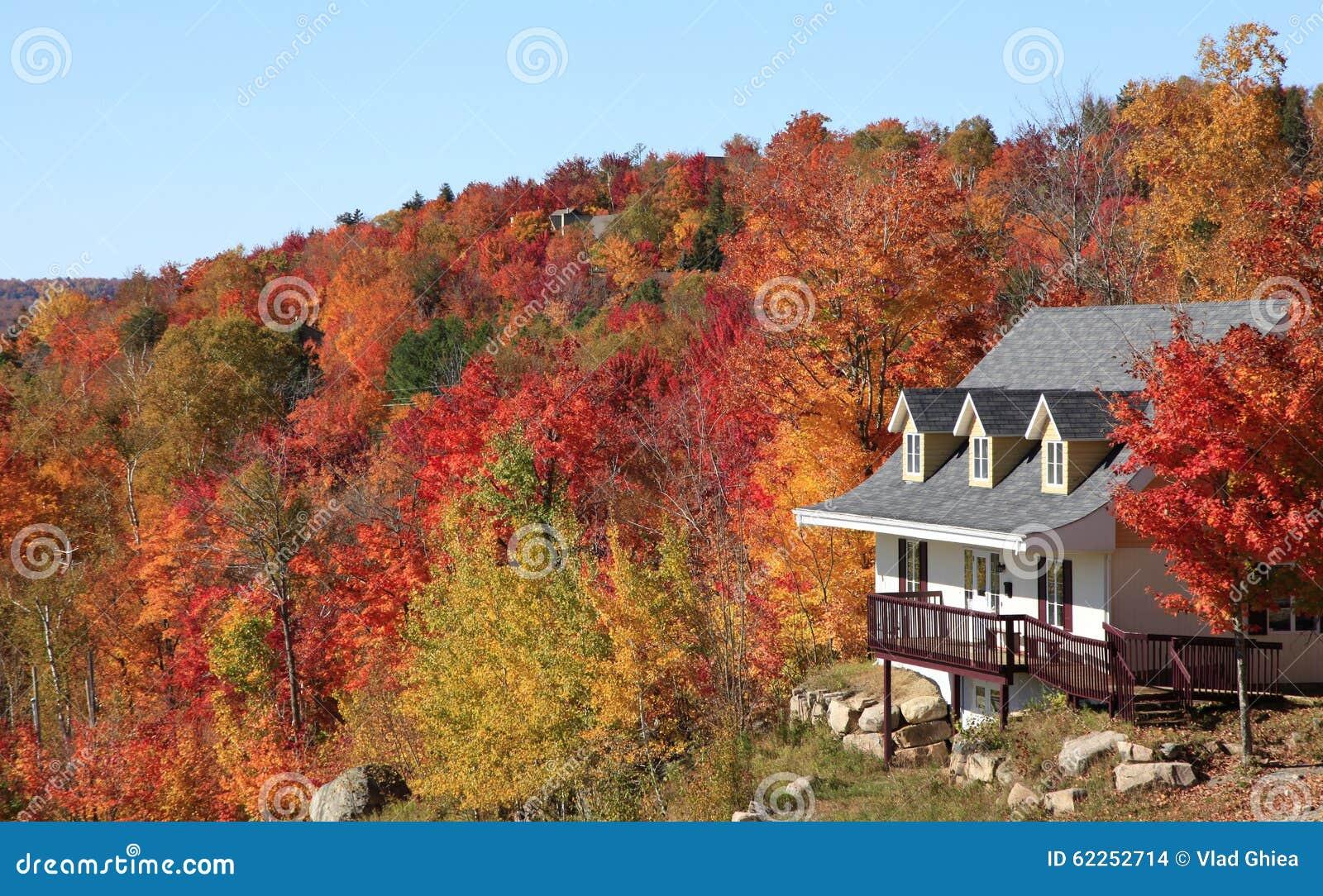 Villa En Automne Mont Tremblant Qu 233 Bec Photo Stock Image 62252714