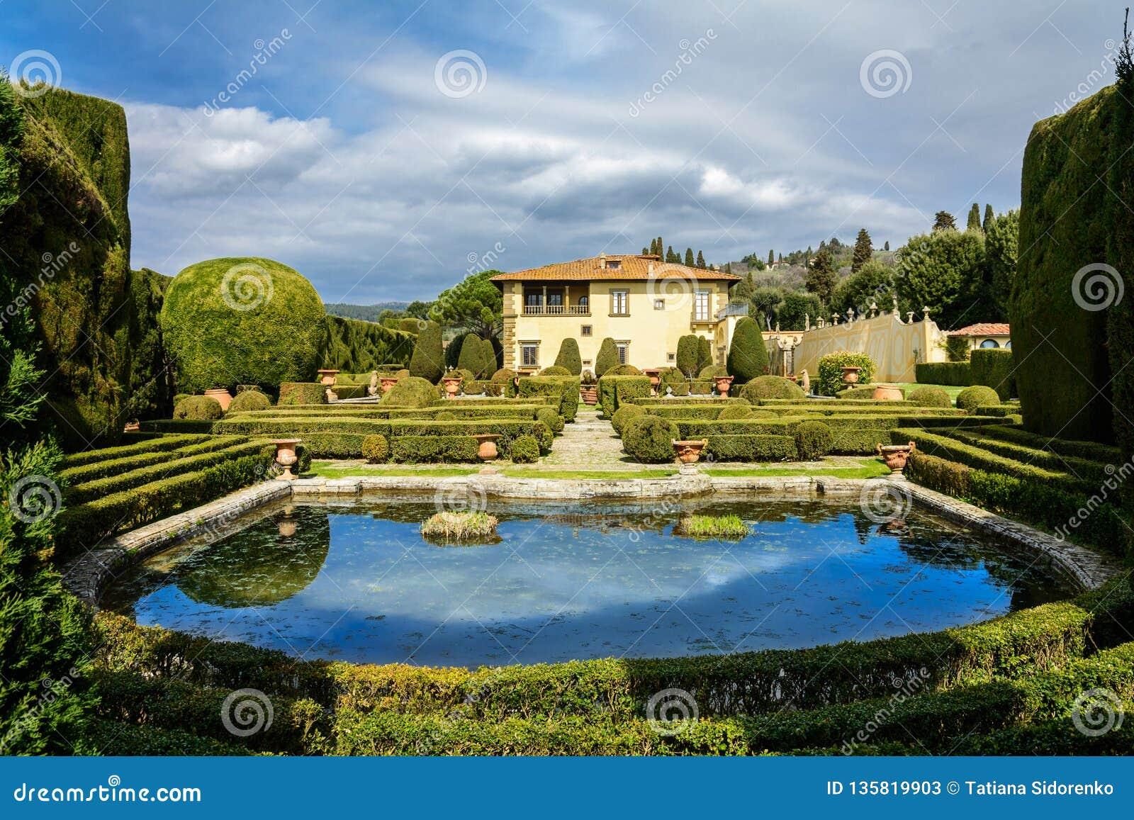 Villa Gambera med en sjö och trädgårdar i staden av Settignano tuscany