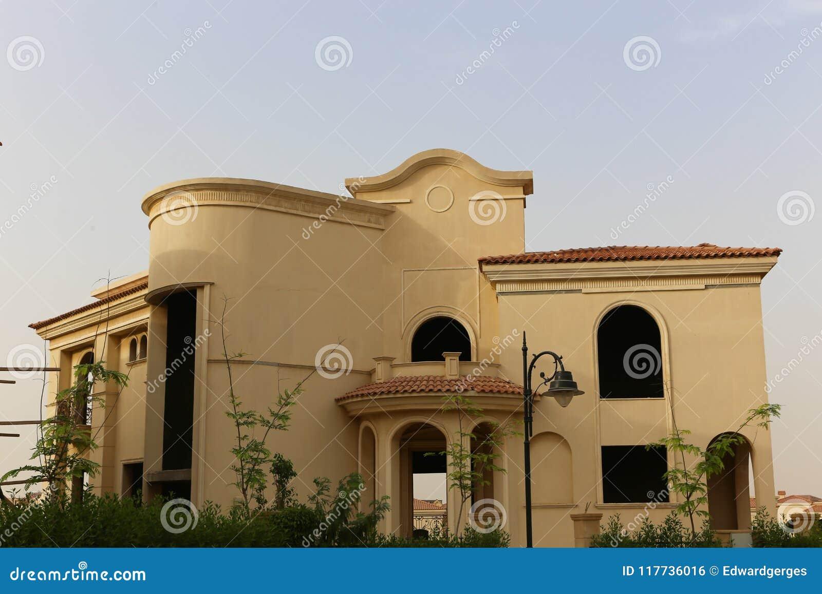 Villa gentille avec un jardin vert gentil