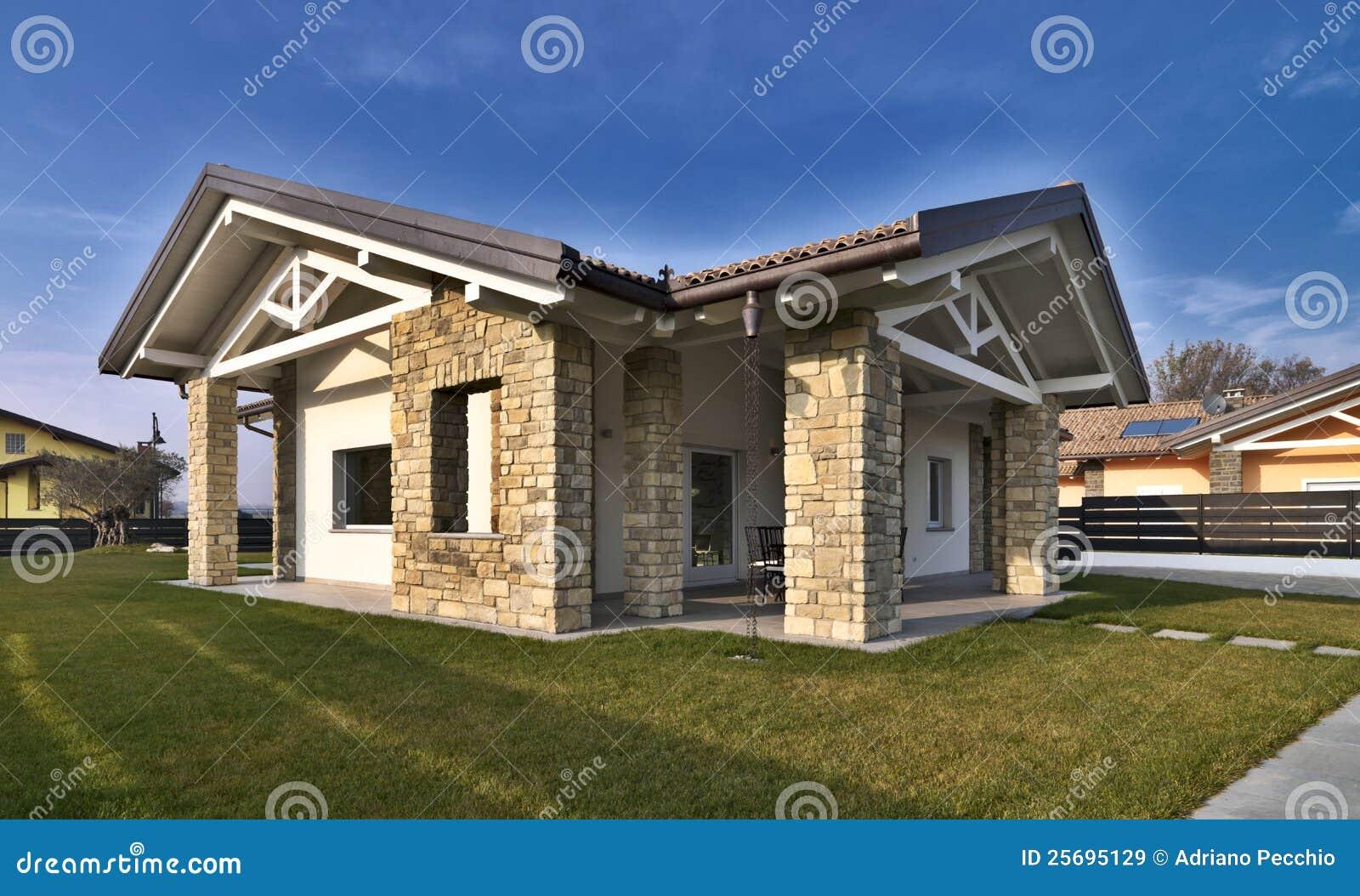 Villa moderna con le pareti di pietra immagini stock for Pareti casa moderna