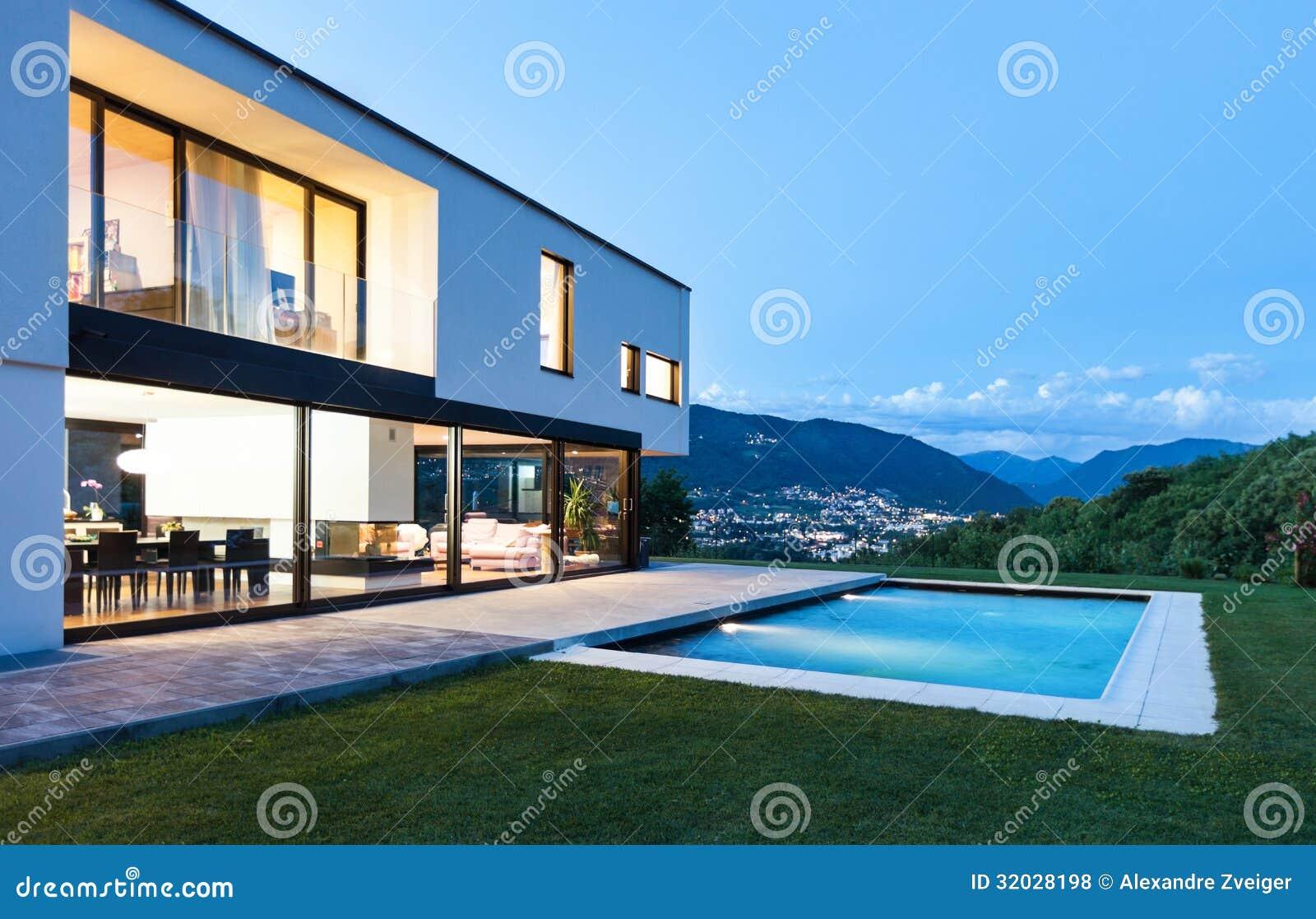 Villa moderna con lo stagno fotografia stock immagine di notte